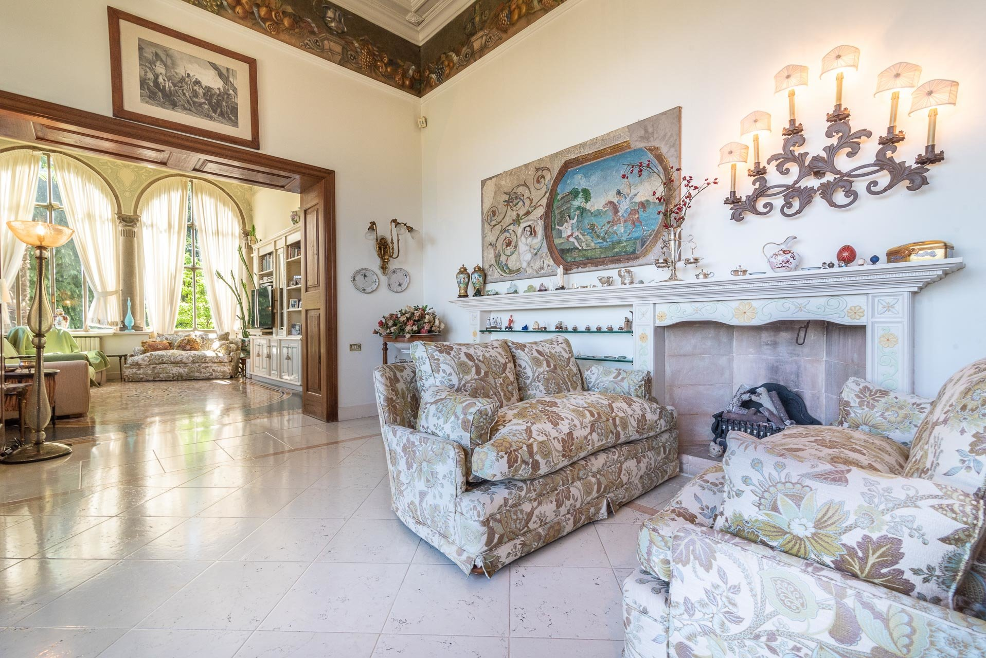 Luxurious apartment for sale in a villa in Stresa - sitting room