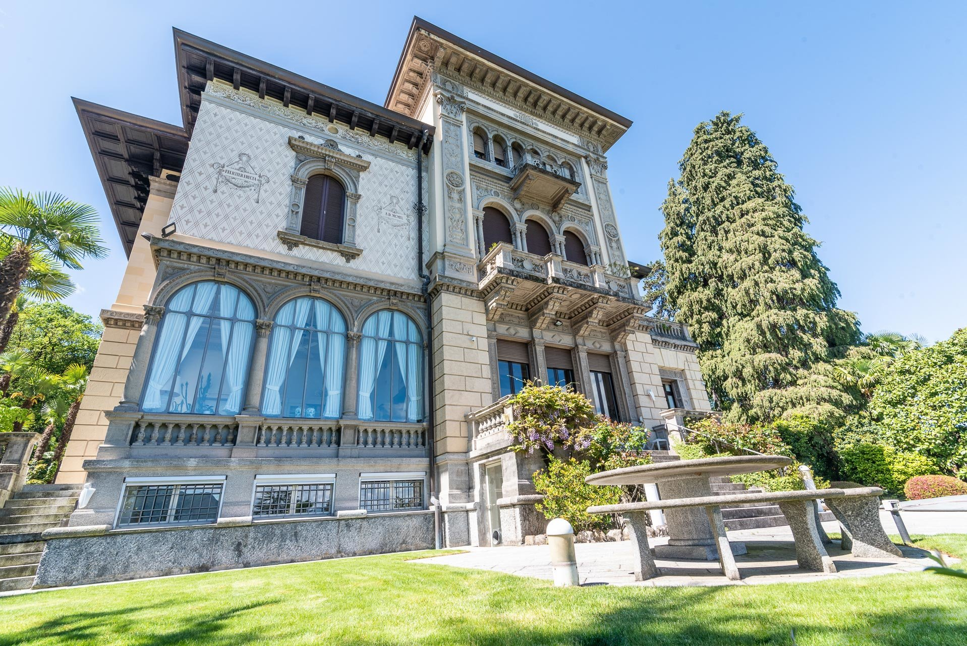 Luxurious apartment for sale in a villa in Stresa - building outside