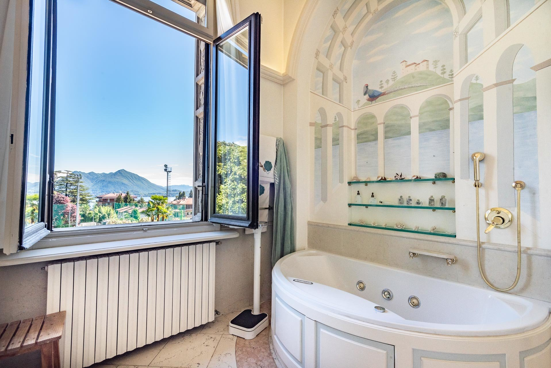 Luxurious apartment for sale in a villa in Stresa - bathroom with bathtub