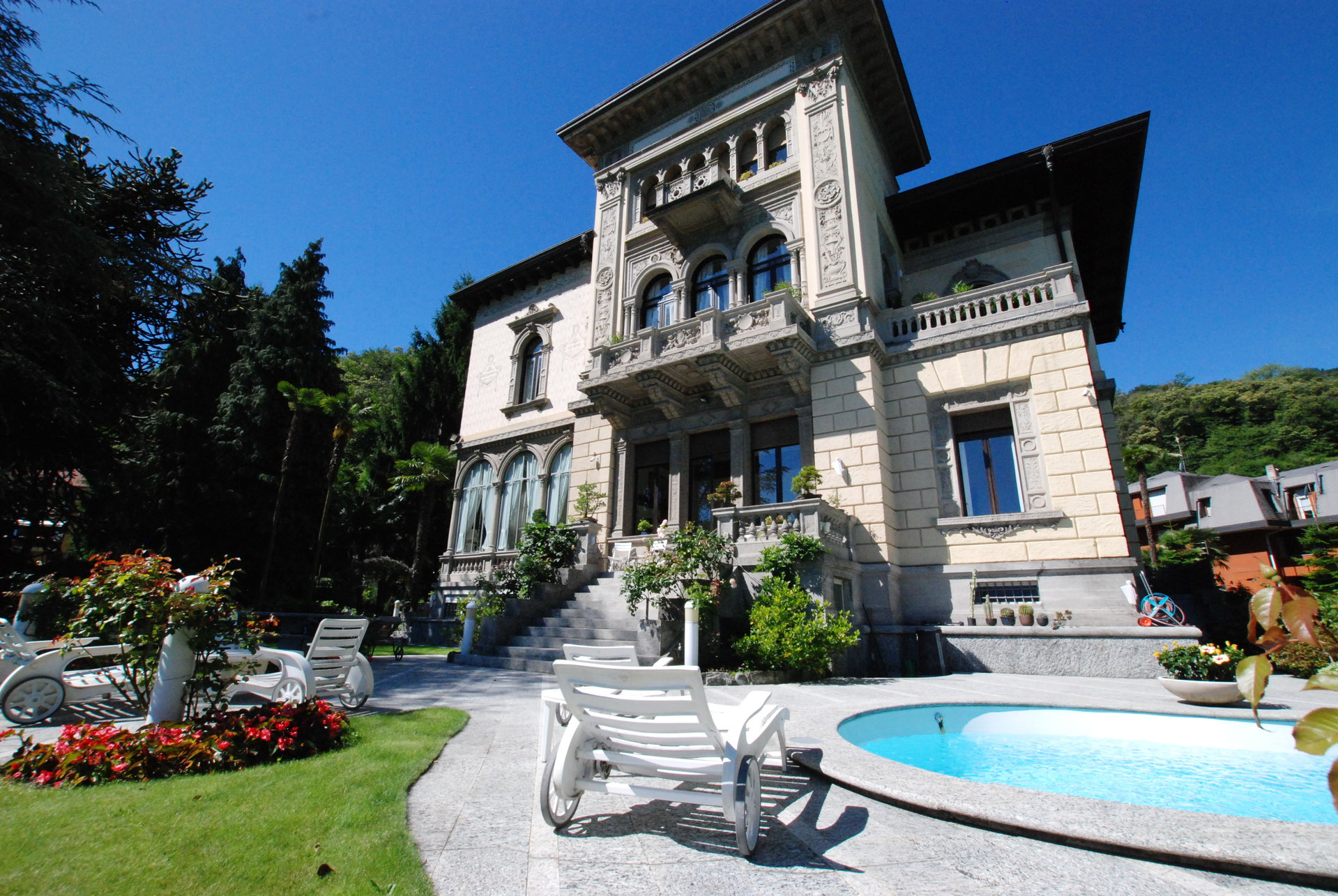 Luxurious apartment for sale in a villa in Stresa - building with swimming pool