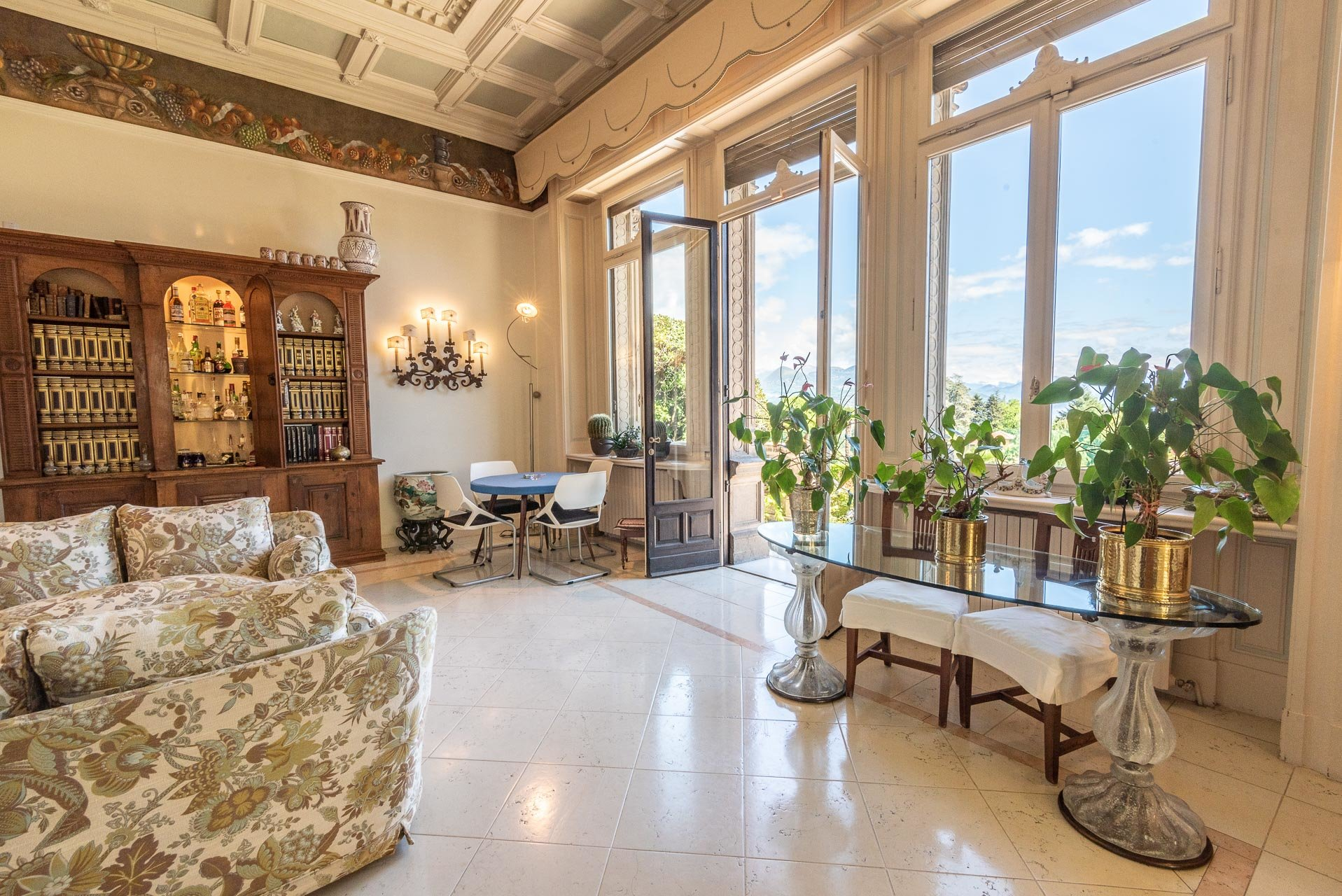 Luxurious apartment for sale in a villa in Stresa - living room