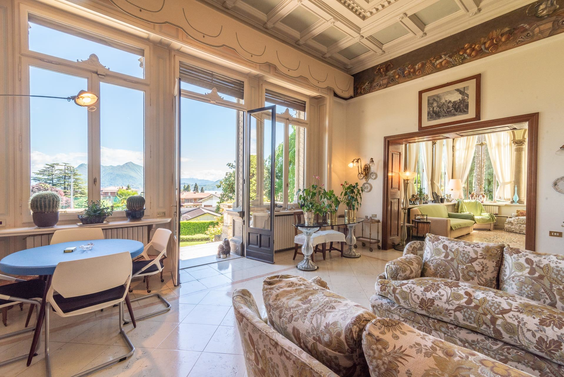 Luxurious apartment for sale in a villa in Stresa - elegant salon