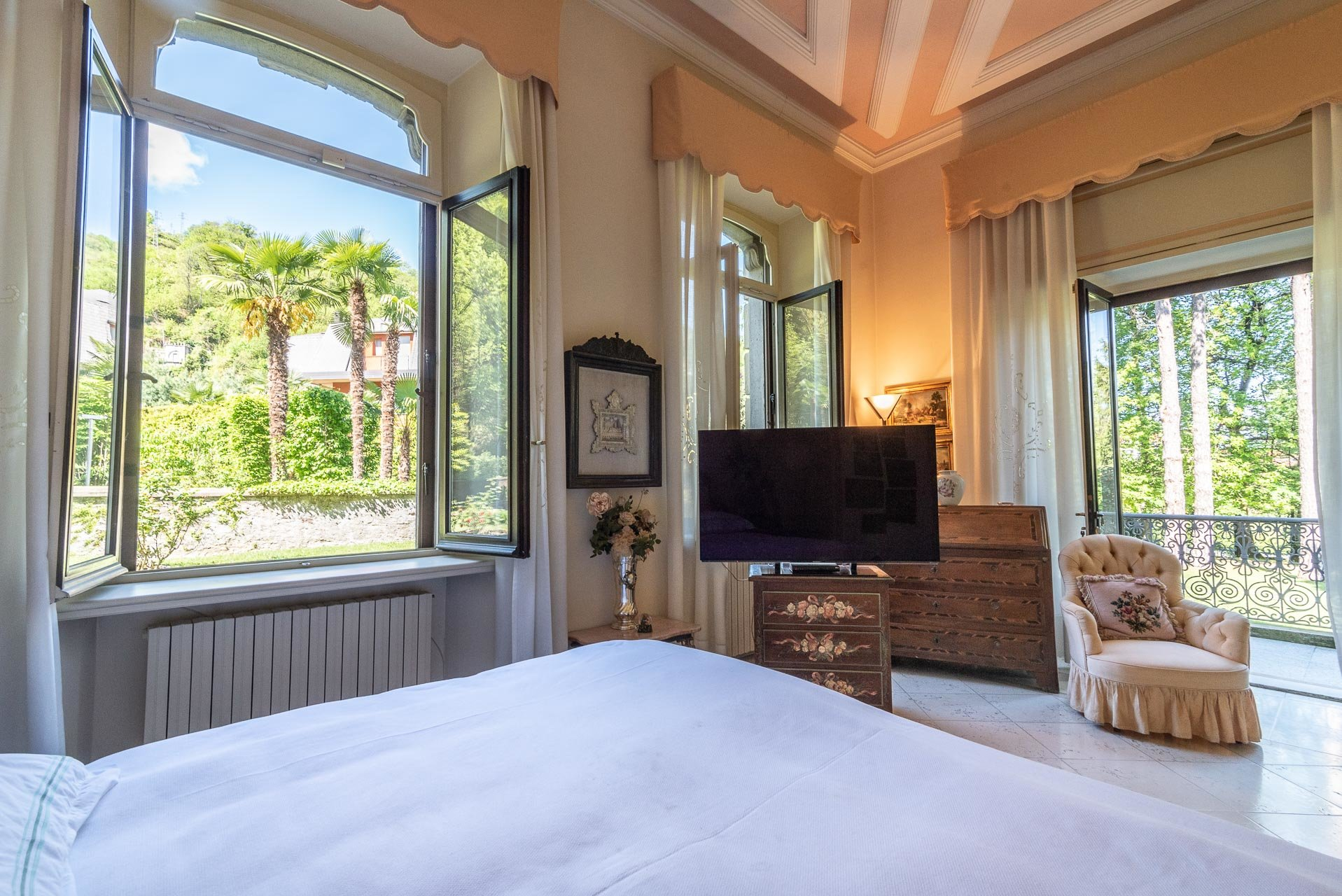 Luxurious apartment for sale in a villa in Stresa - master bedroom