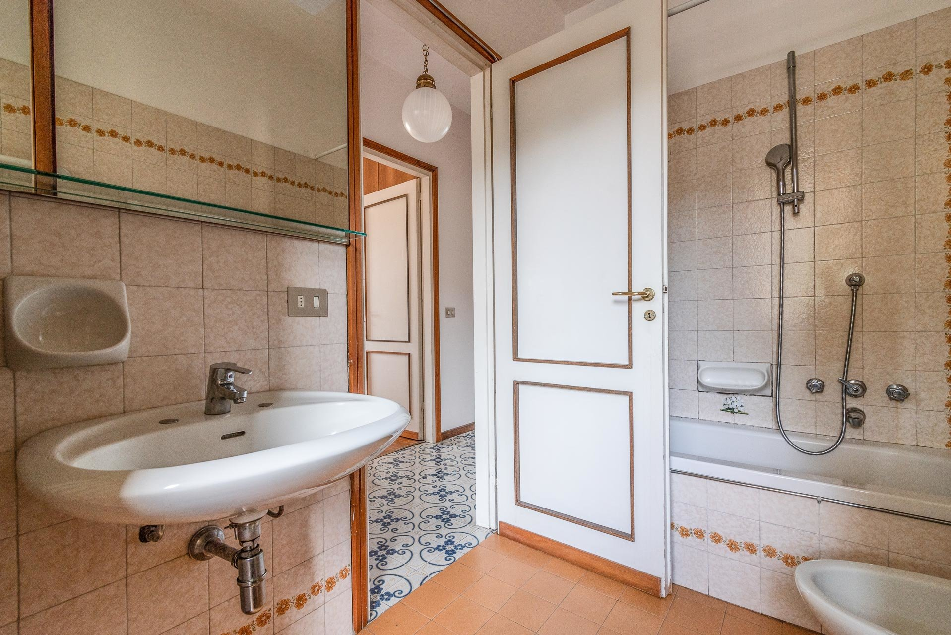 Apartment for rent in Stresa - bathroom with bath-tub