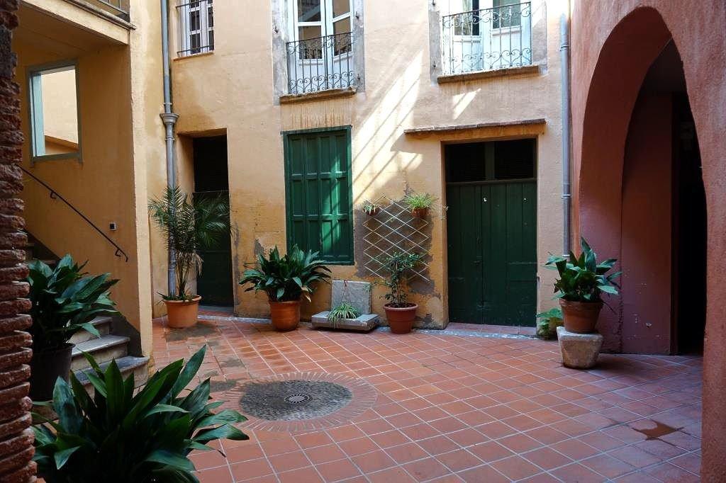 Perpignan, local à rénover en rdc dans un magnifique patio ouvrant sur les commerces les plus prisés du centre-ville