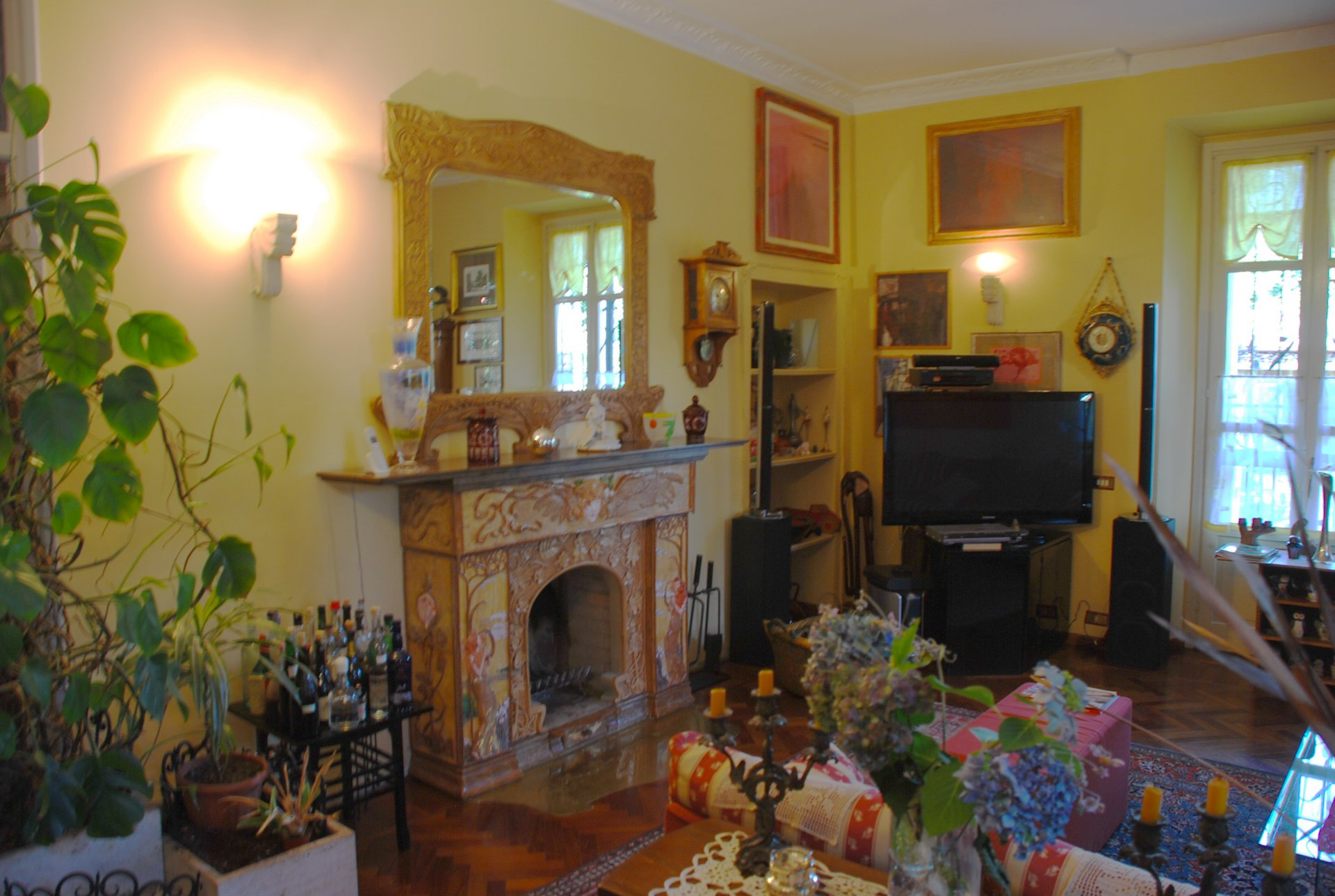 Villa Liberty for sale in Mornago- living room with fireplace