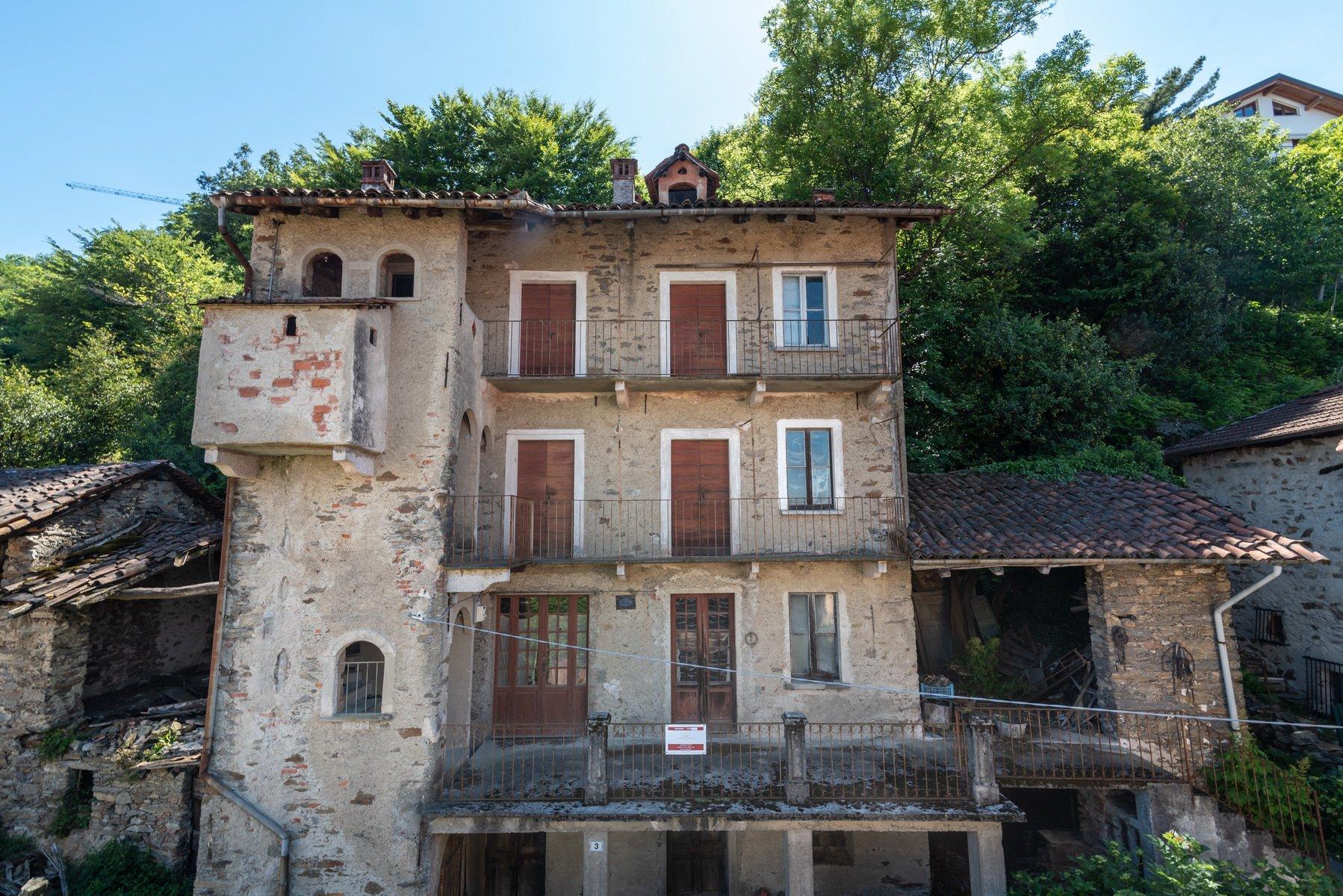 Rustico da ristrutturare sulla collina di Stresa - facciata vista lago