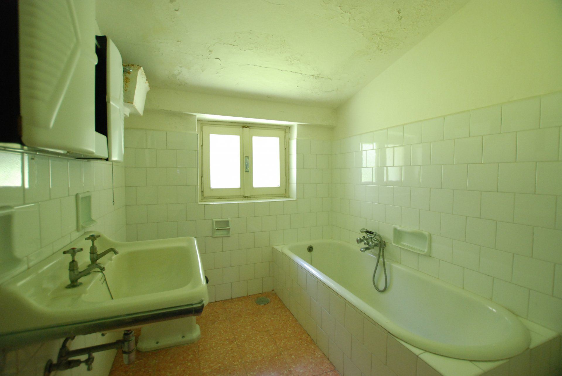 Period villa to be restored for sale in Gignese centre -  bathroom with tub