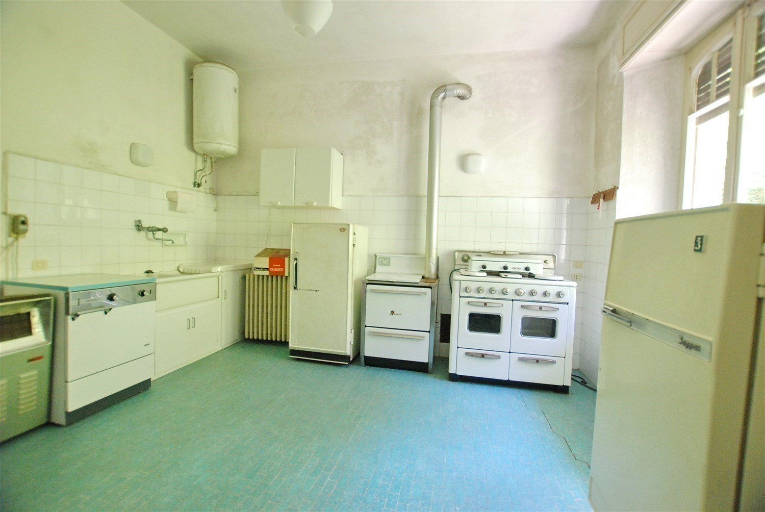 Period villa to be restored for sale in Gignese centre - large kitchen