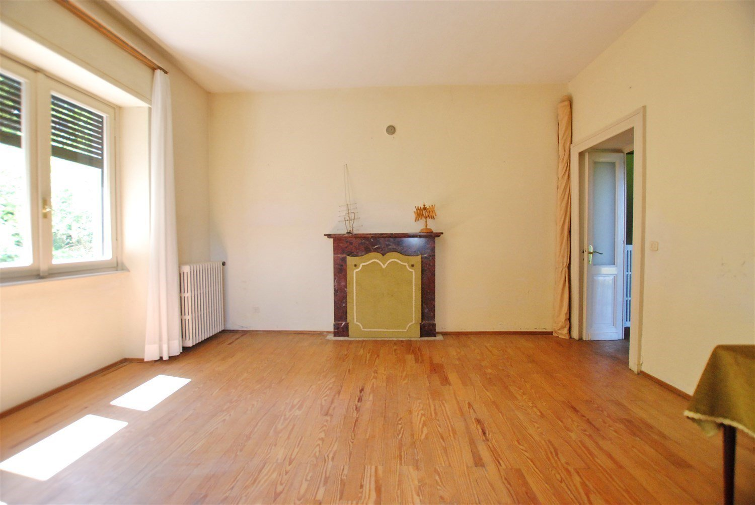 Age villa to be restored for sale in the centre of Gignese- living room