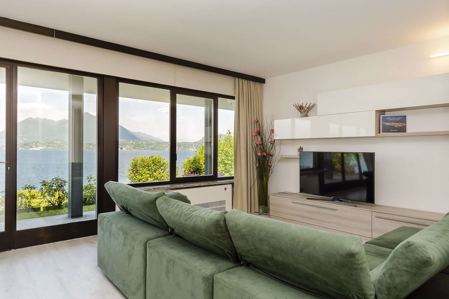 Villa for sale in Stresa with dock and beach