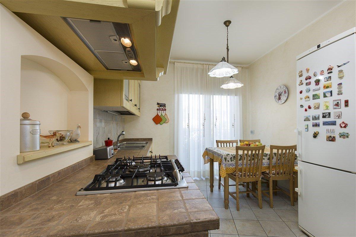 Elegante attico in vendita a Verbania - cucina