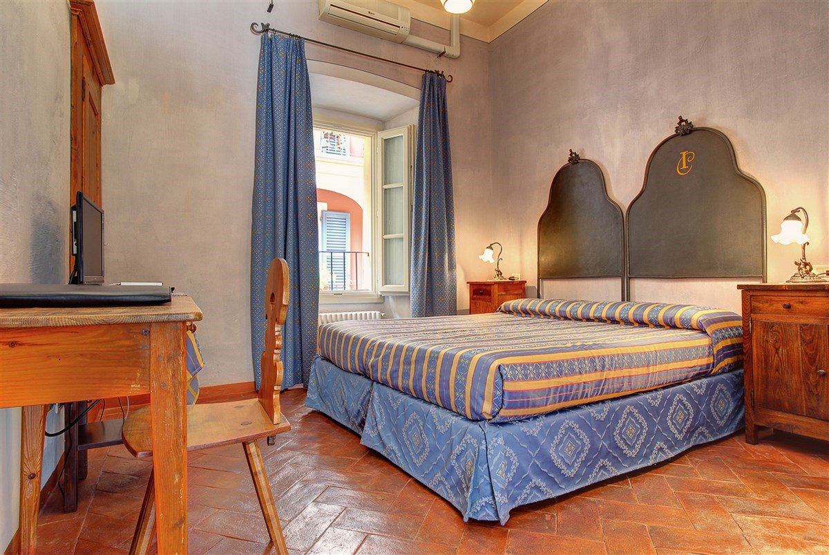 Hotel for sale in the historic center of Cannero Riviera, near the lake promenade