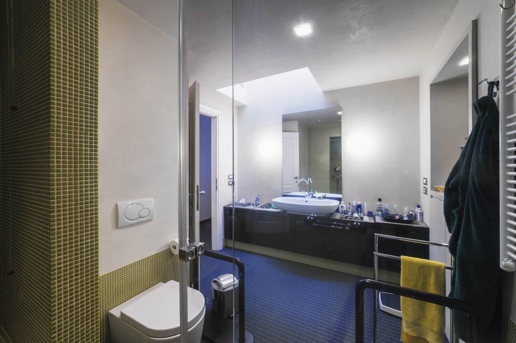 Apartment for sale in Baveno, inside a historic lake front villa - bathroom