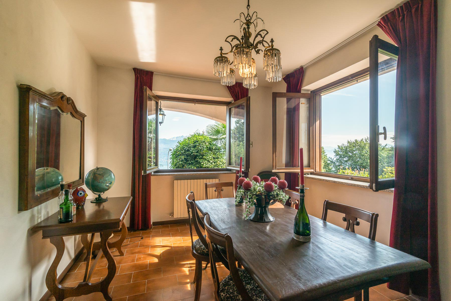 Villa for sale on the hill of Stresa with lake view- wide dining room