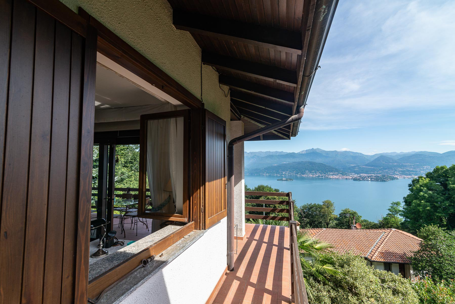 villa for sale on the hill of Stresa with lake view- external facade