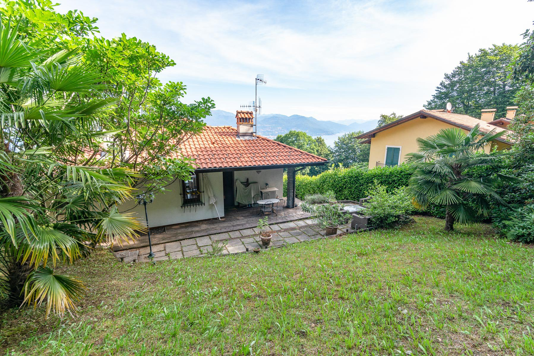 villa for sale on the hill of Stresa with lake view- garden