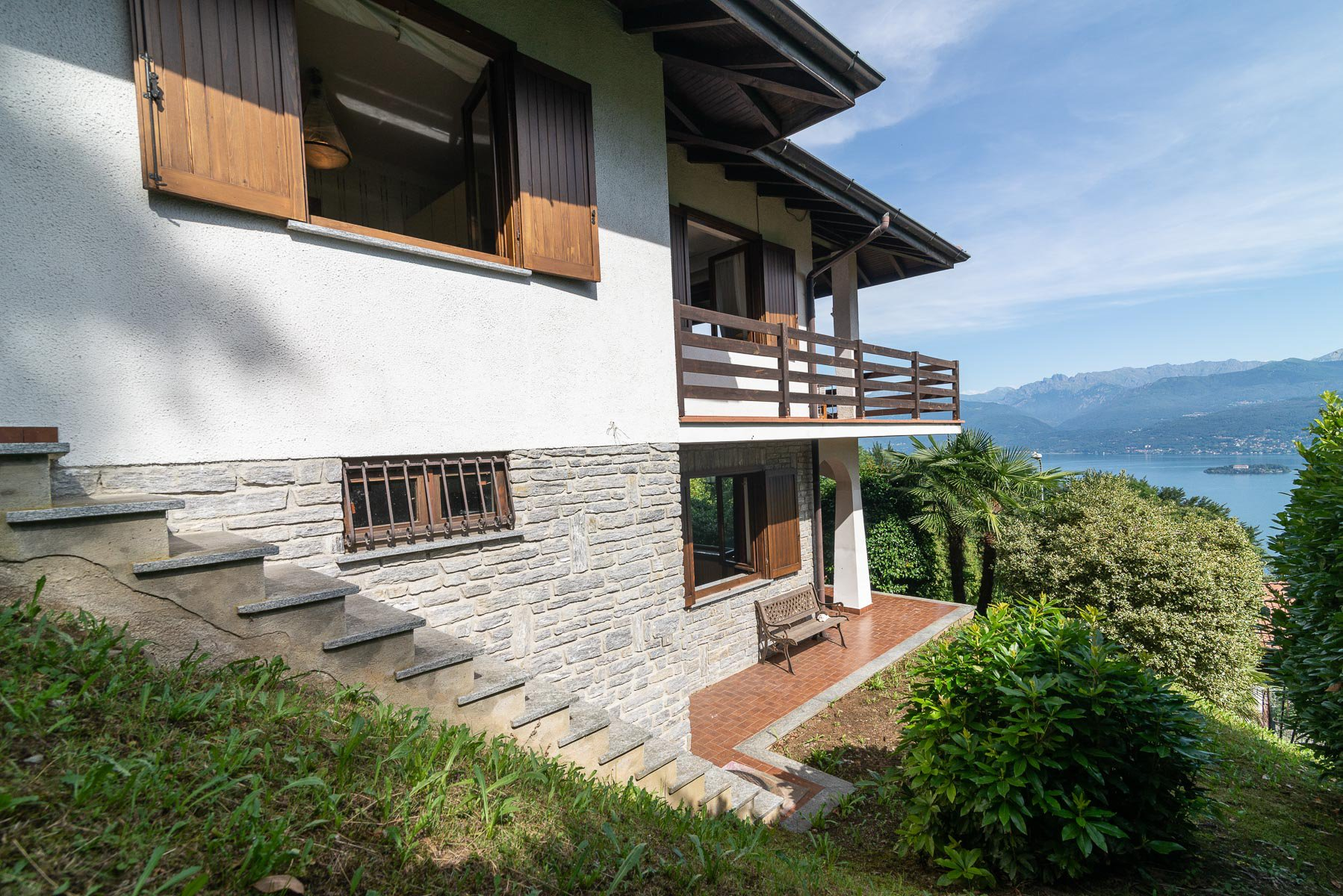 villa for sale on the hill of Stresa with lake view- staircase side
