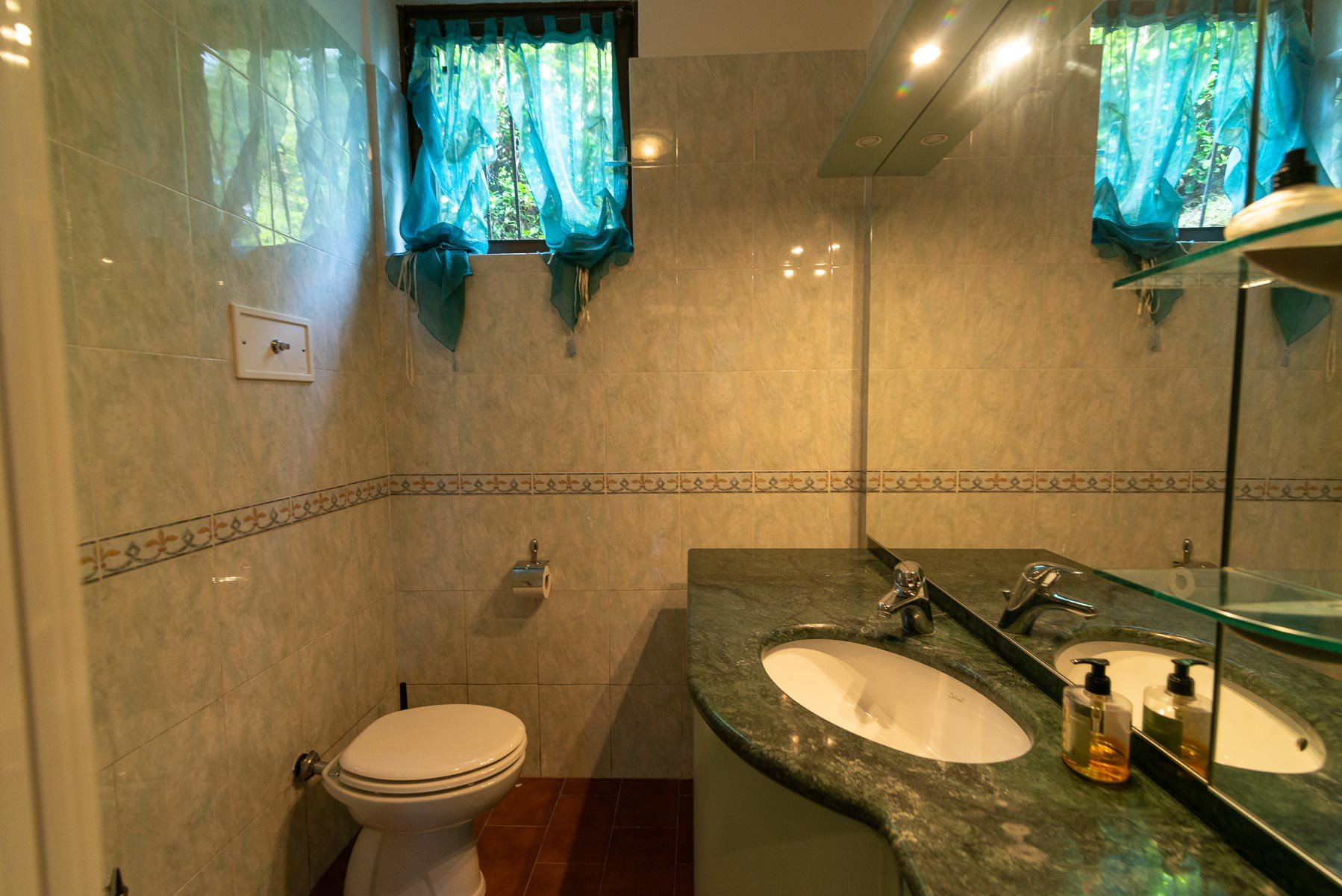 Villa for sale on the hill of Stresa with lake view_bathroom