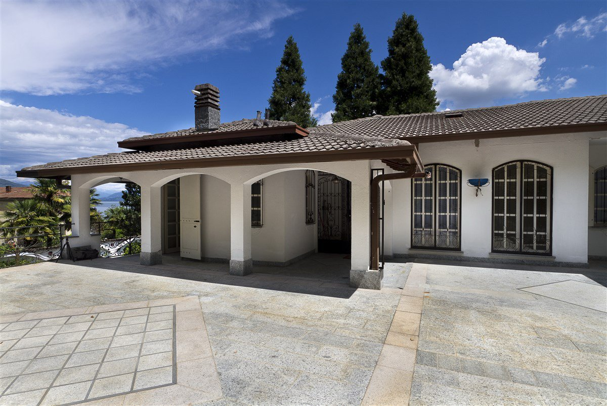Lake view villa for sale in Arona - porch