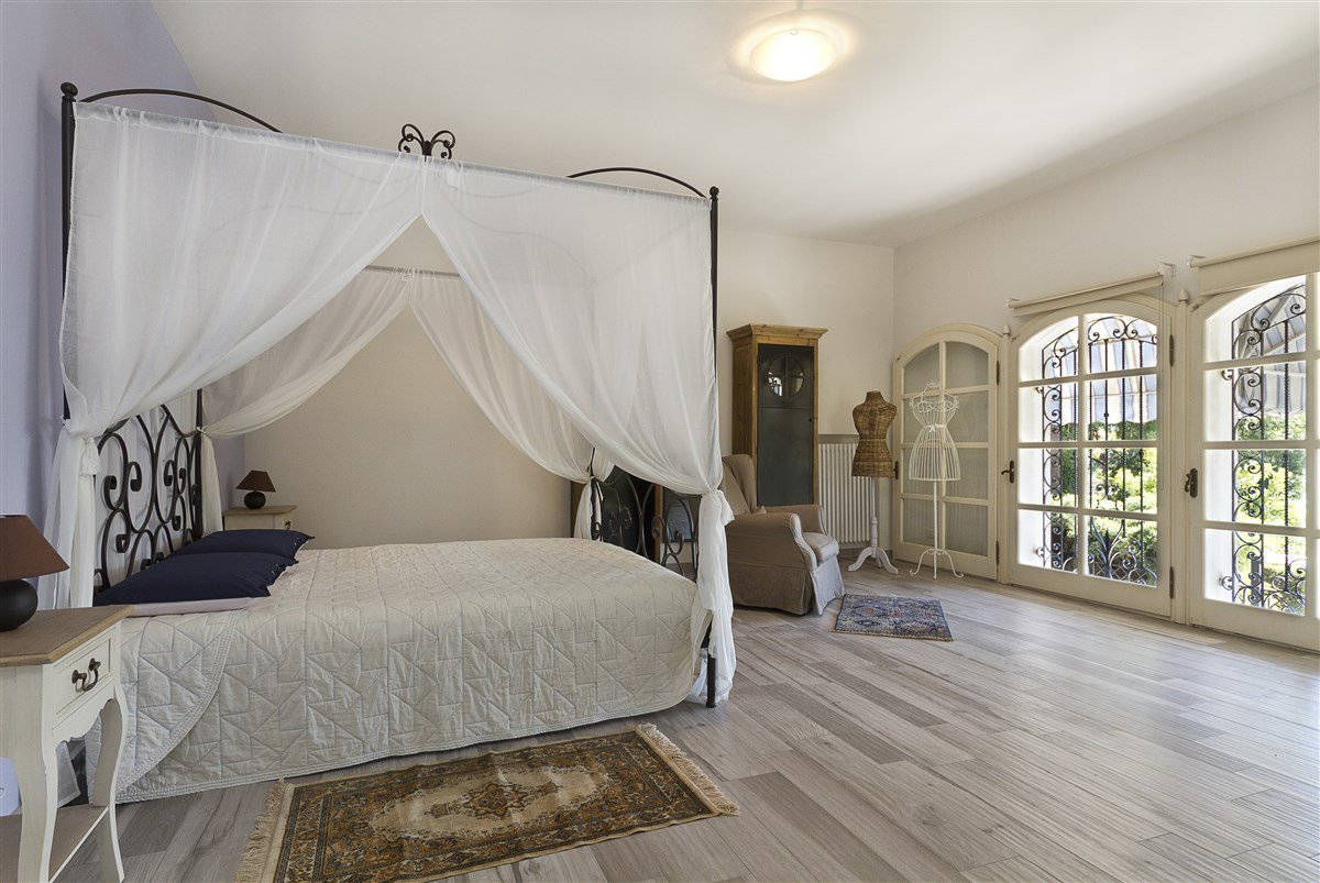 Lake view villa for sale in Arona - master bedroom