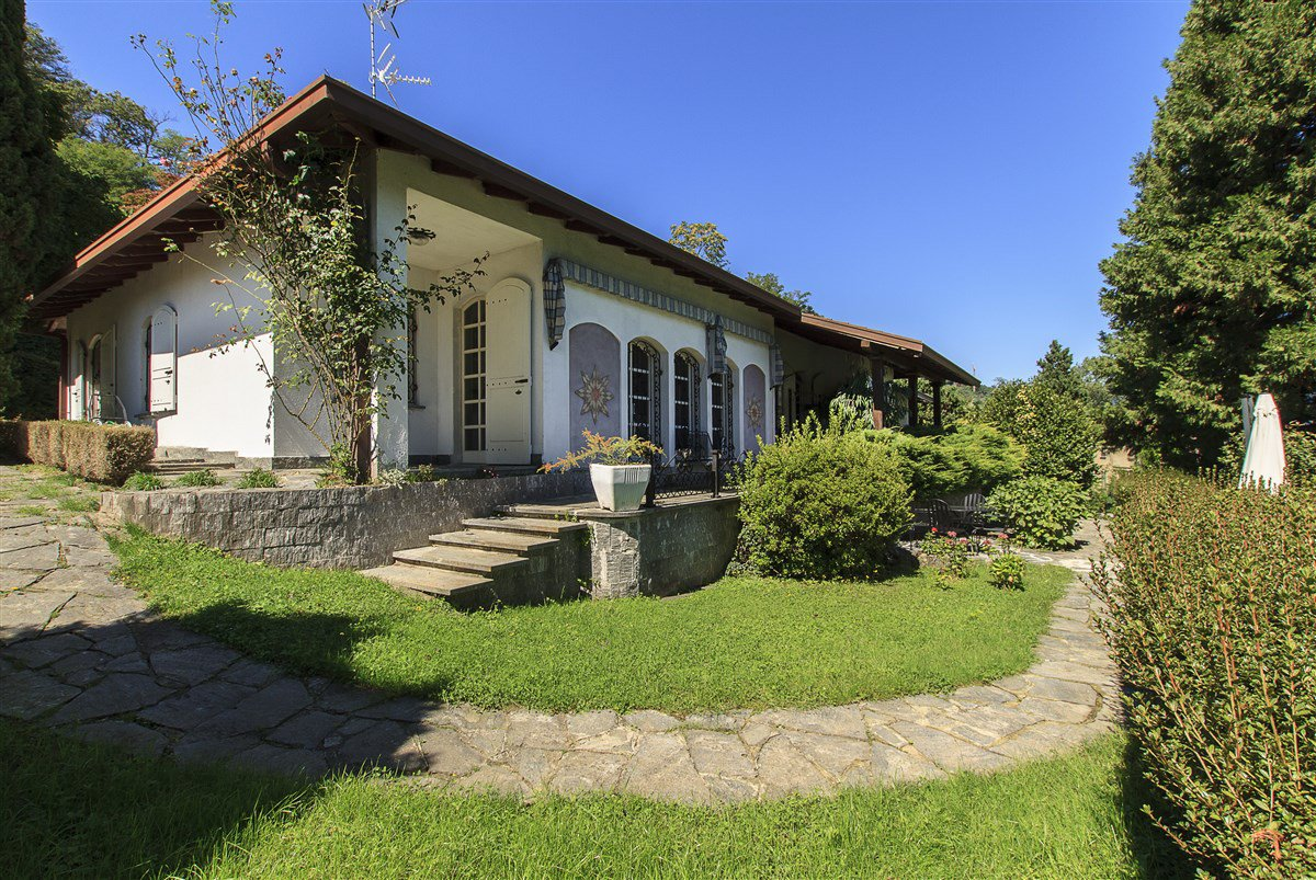 Lake view villa for sale in Arona - villa with garden