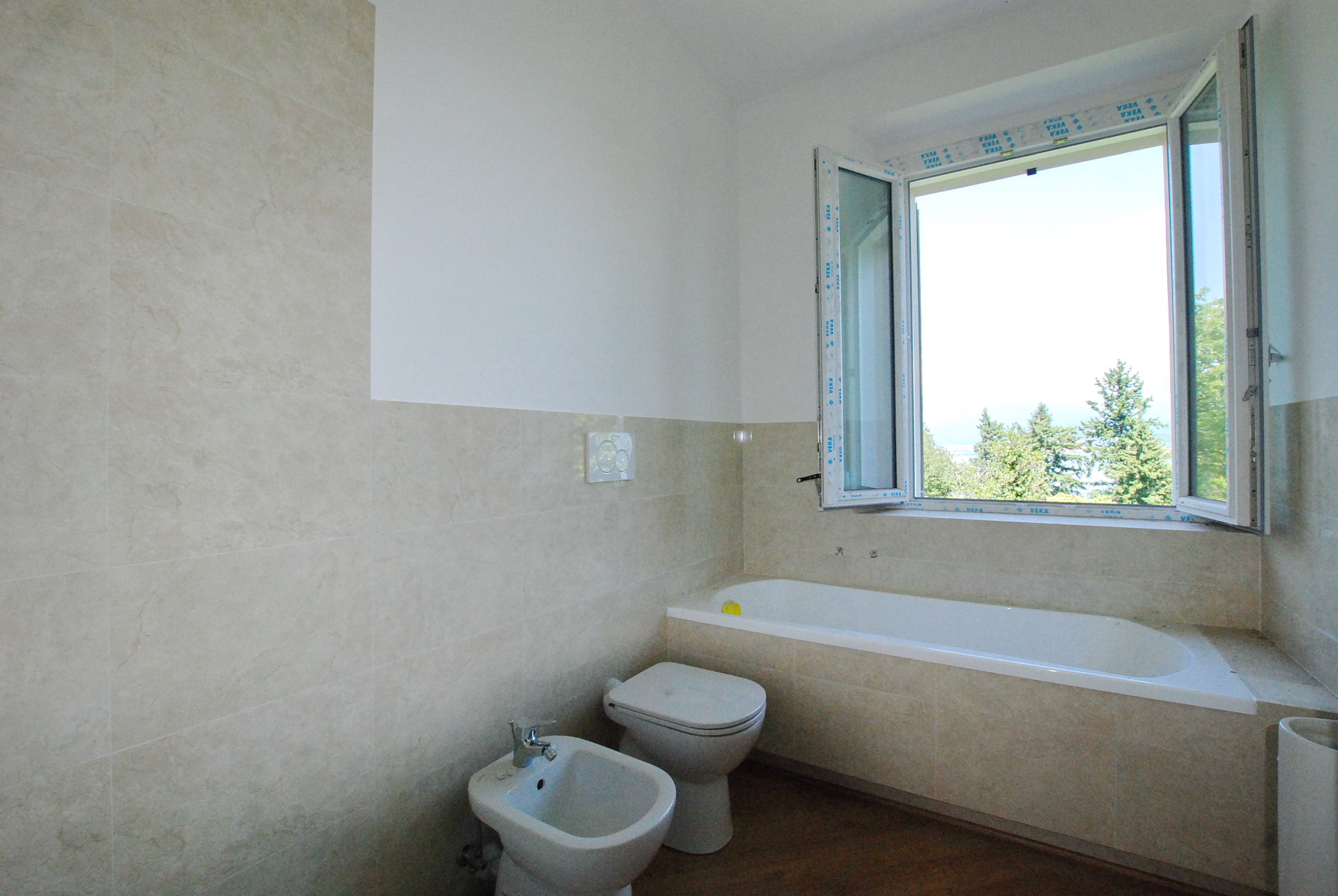Furnished apartment for sale in Stresa - bathroom with bathtub