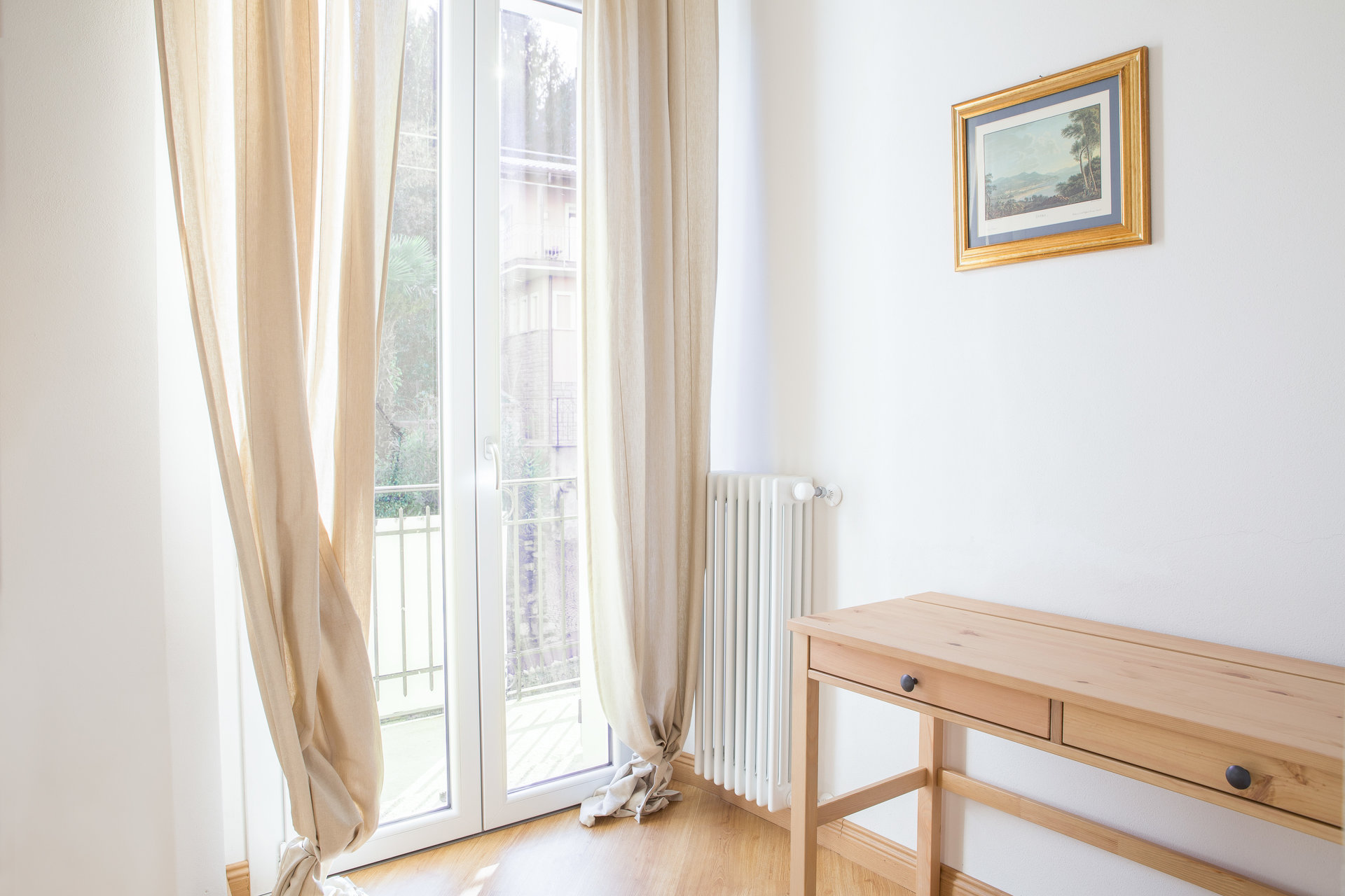 Furnished apartment for sale in Stresa - bedroom with balcony