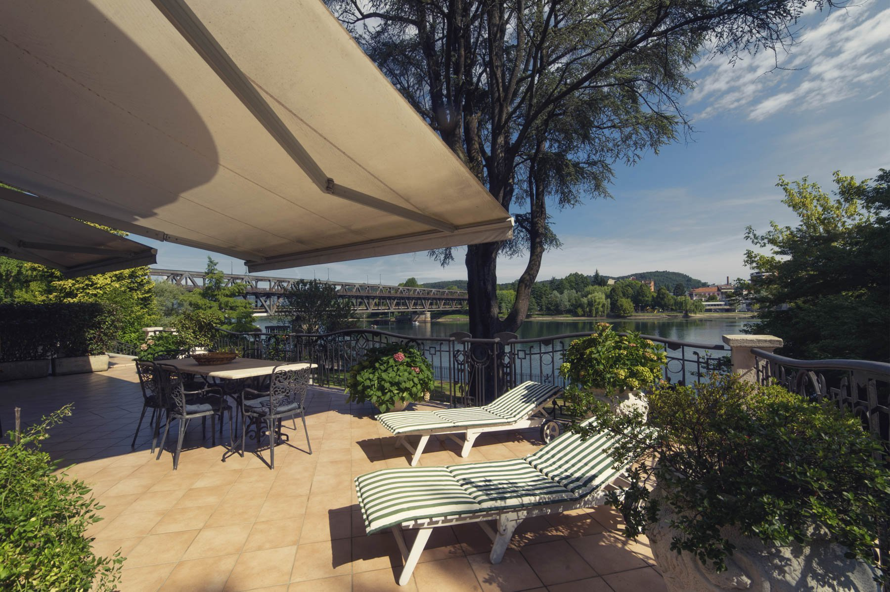 Prestigious apartment for sale in Castelletto Ticino - river view porch