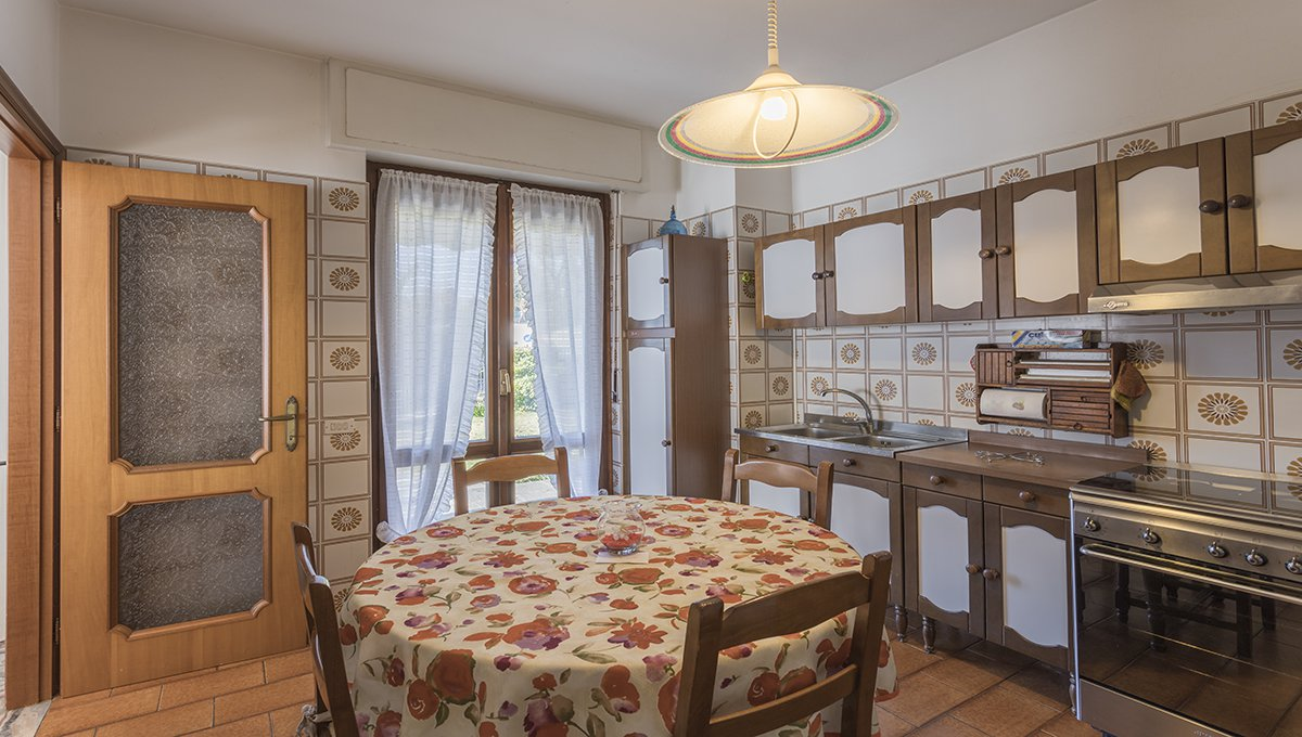 Wonderful lake view villa for sale in Massino Visconti - large kitchen