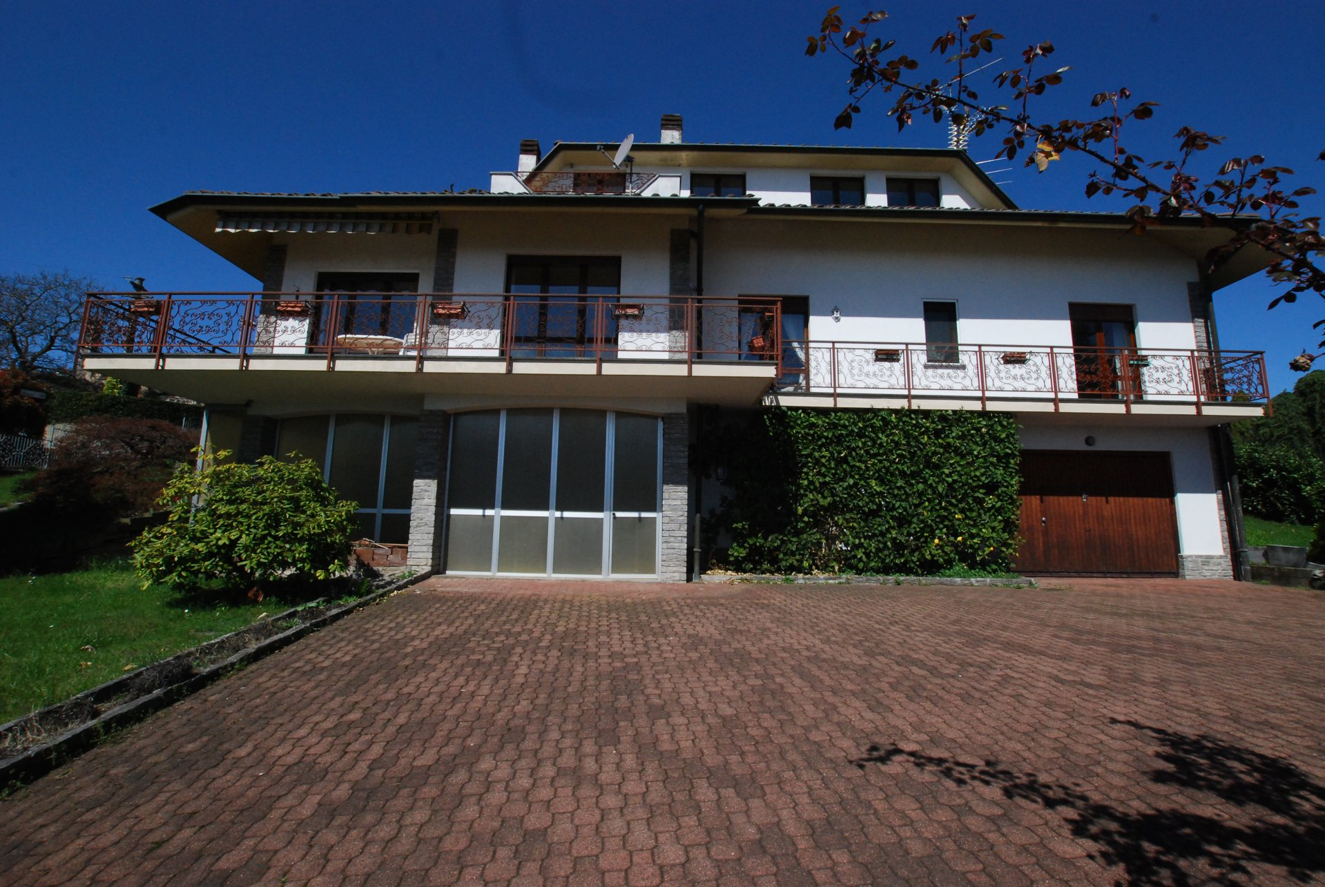 Wonderful lake view villa for sale in Massino Visconti - facade