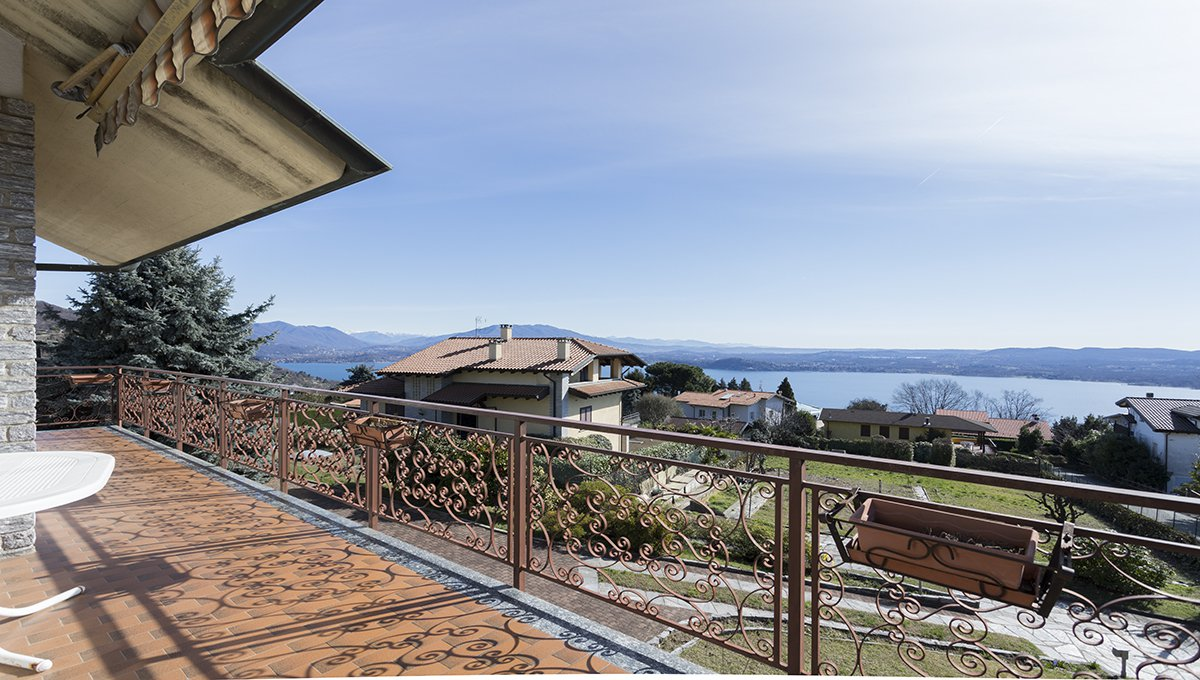 Wonderful lake view villa for sale in Massino Visconti - large terrace