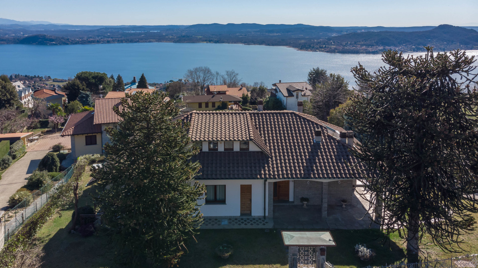 Villa for sale in Massino Visconti with a wonderful view of the lake