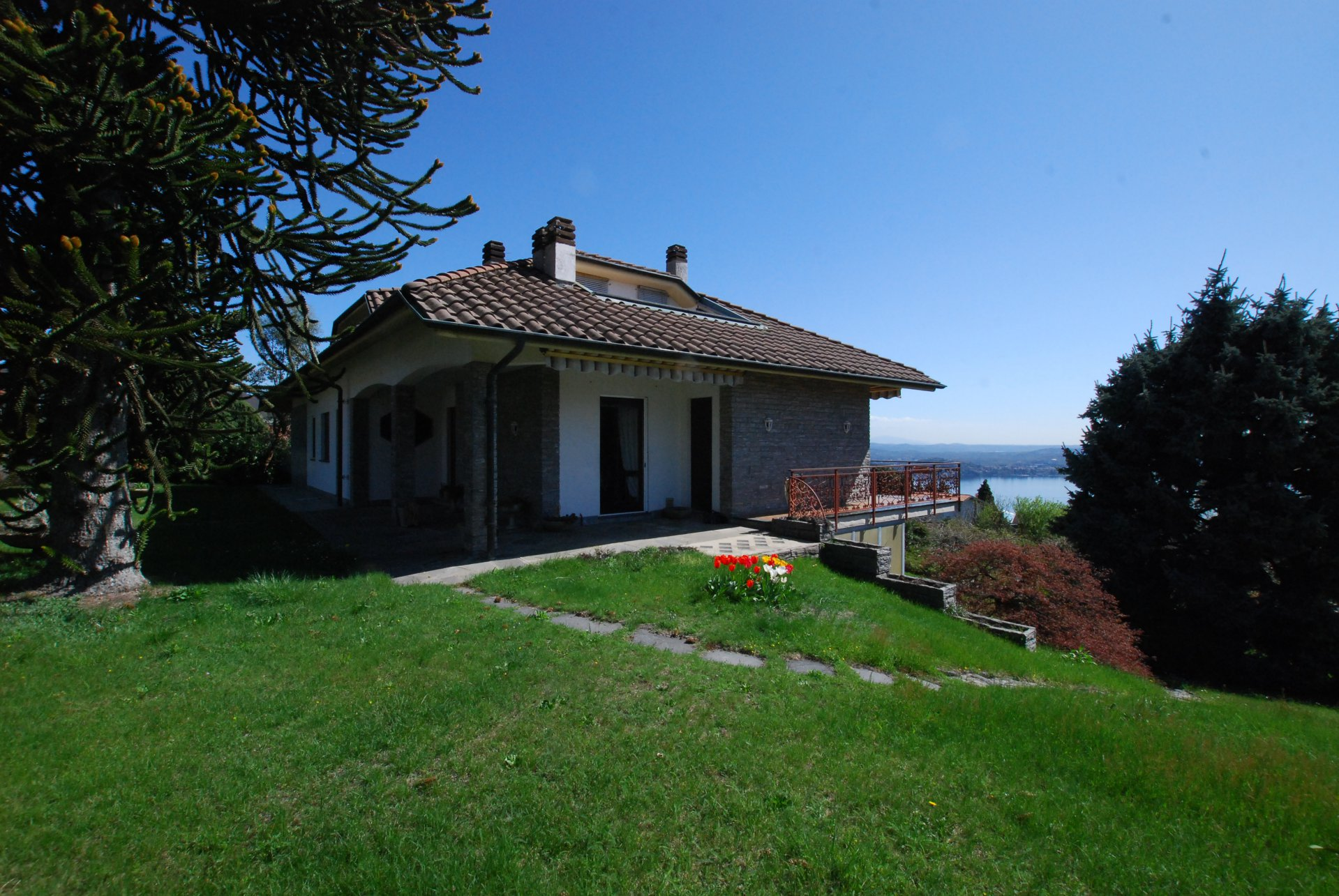 Wonderful lake view villa for sale in Massino Visconti - garden