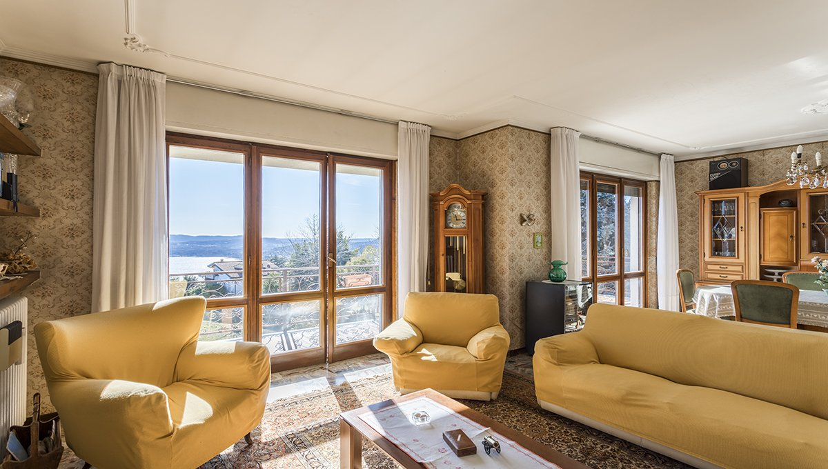 Wonderful lake view villa for sale in Massino Visconti - elegant living room