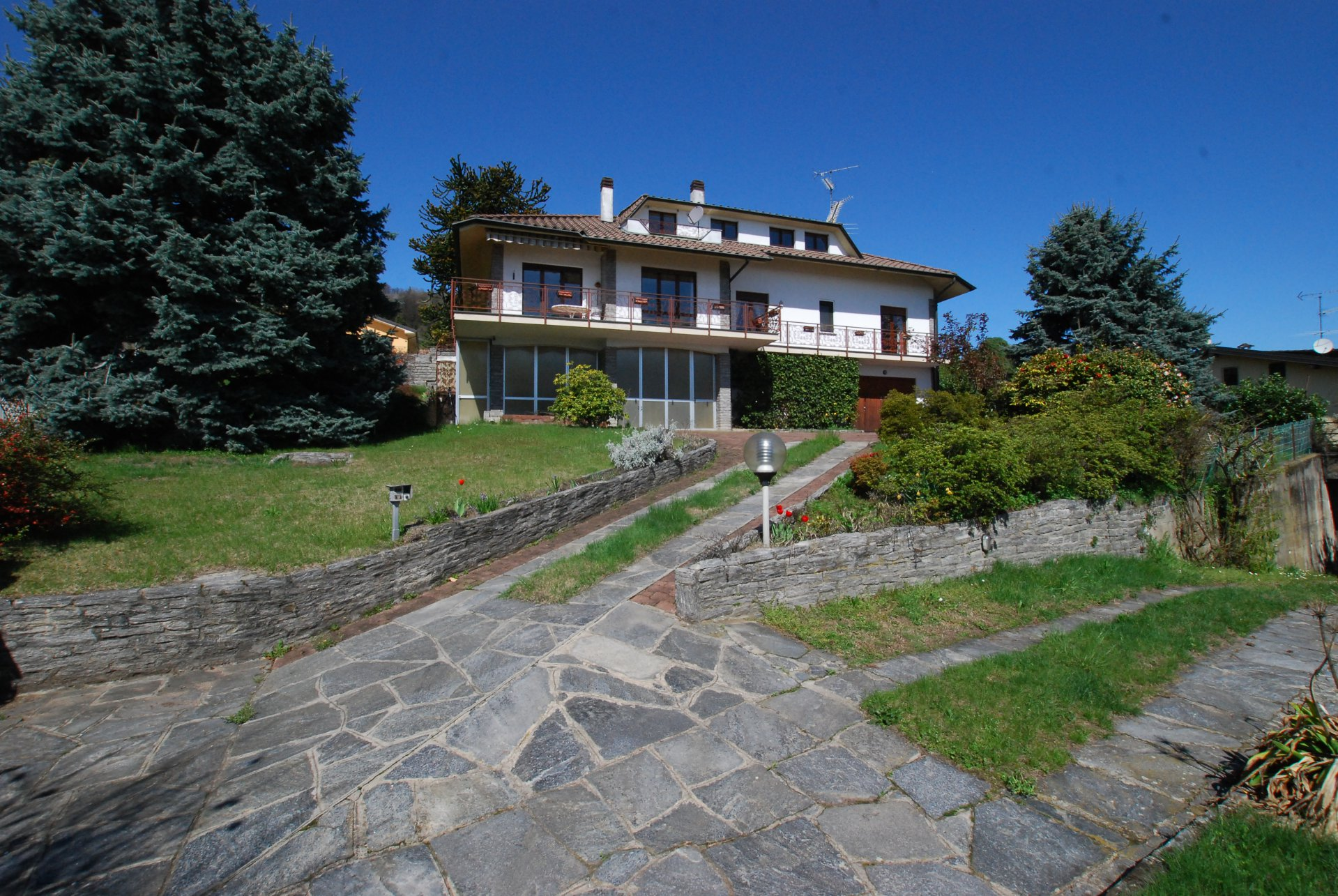 Wonderful lake view villa for sale in Massino Visconti - entrance