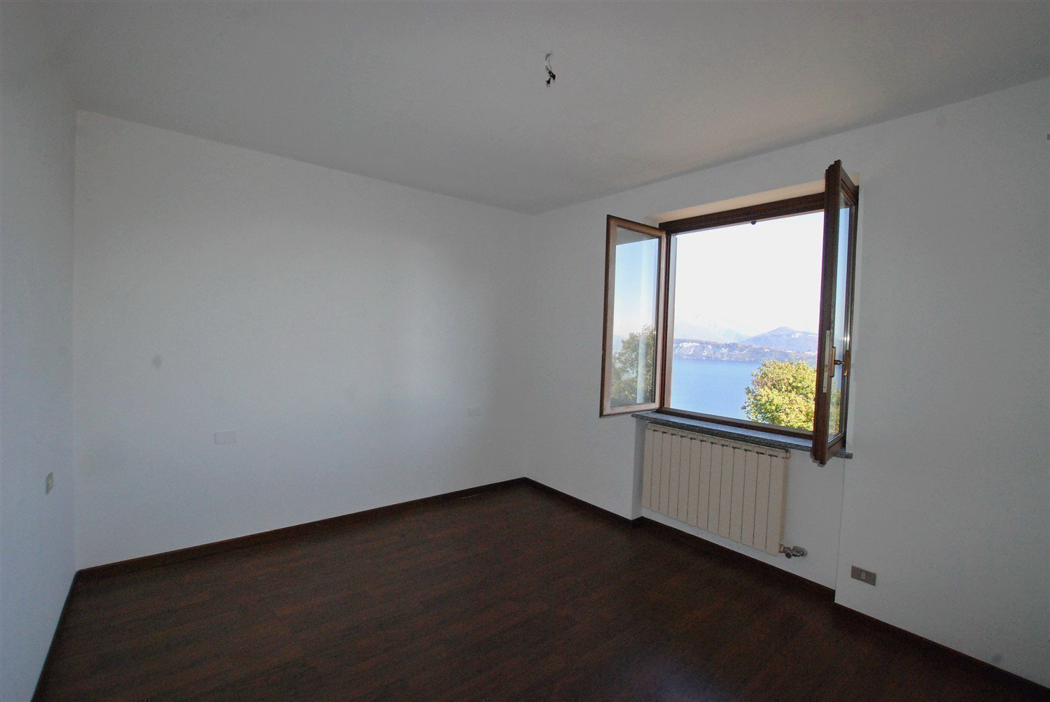 Apartment for sale in Belgirate- room