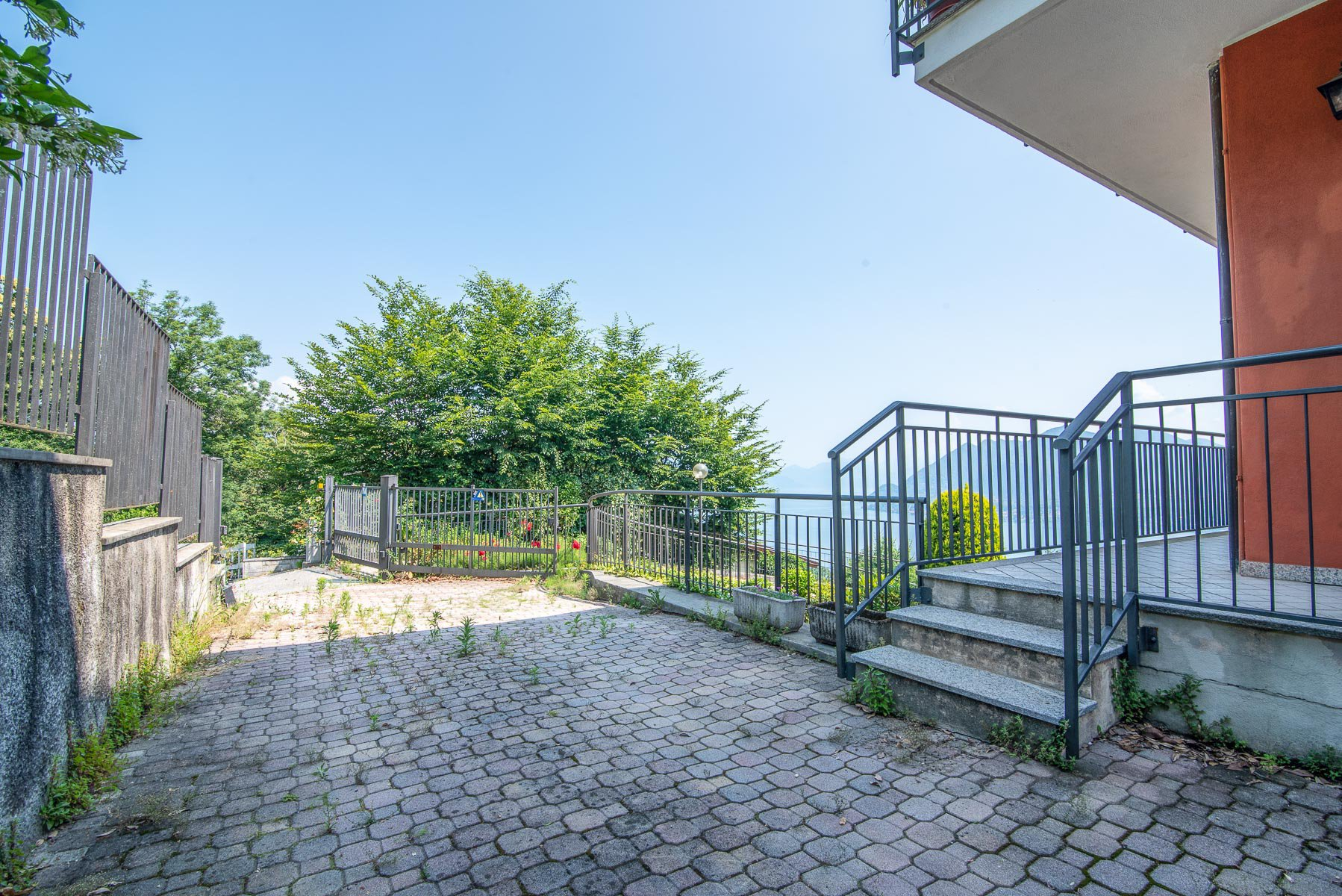 apartament for sale in Stresa with a lake view-entrance