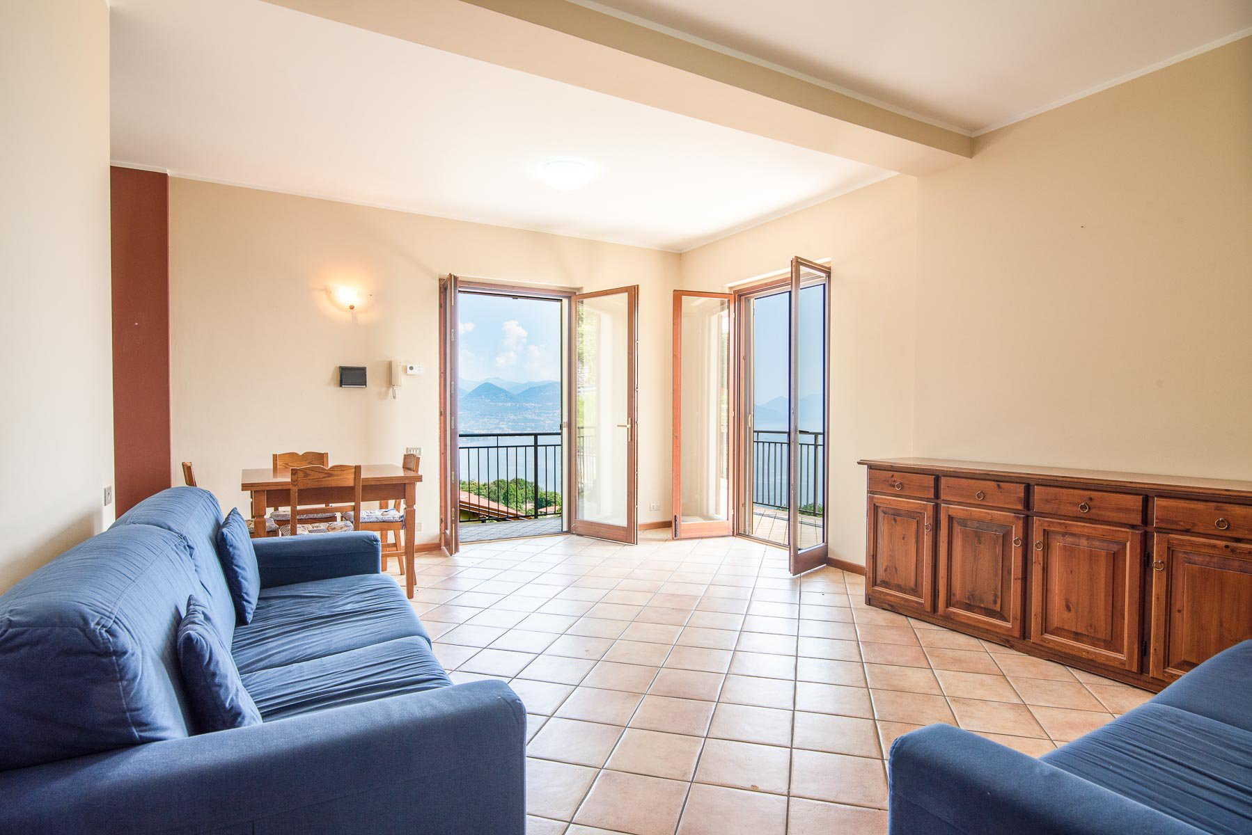 apartament for sale in Stresa with a lake view- living room with view