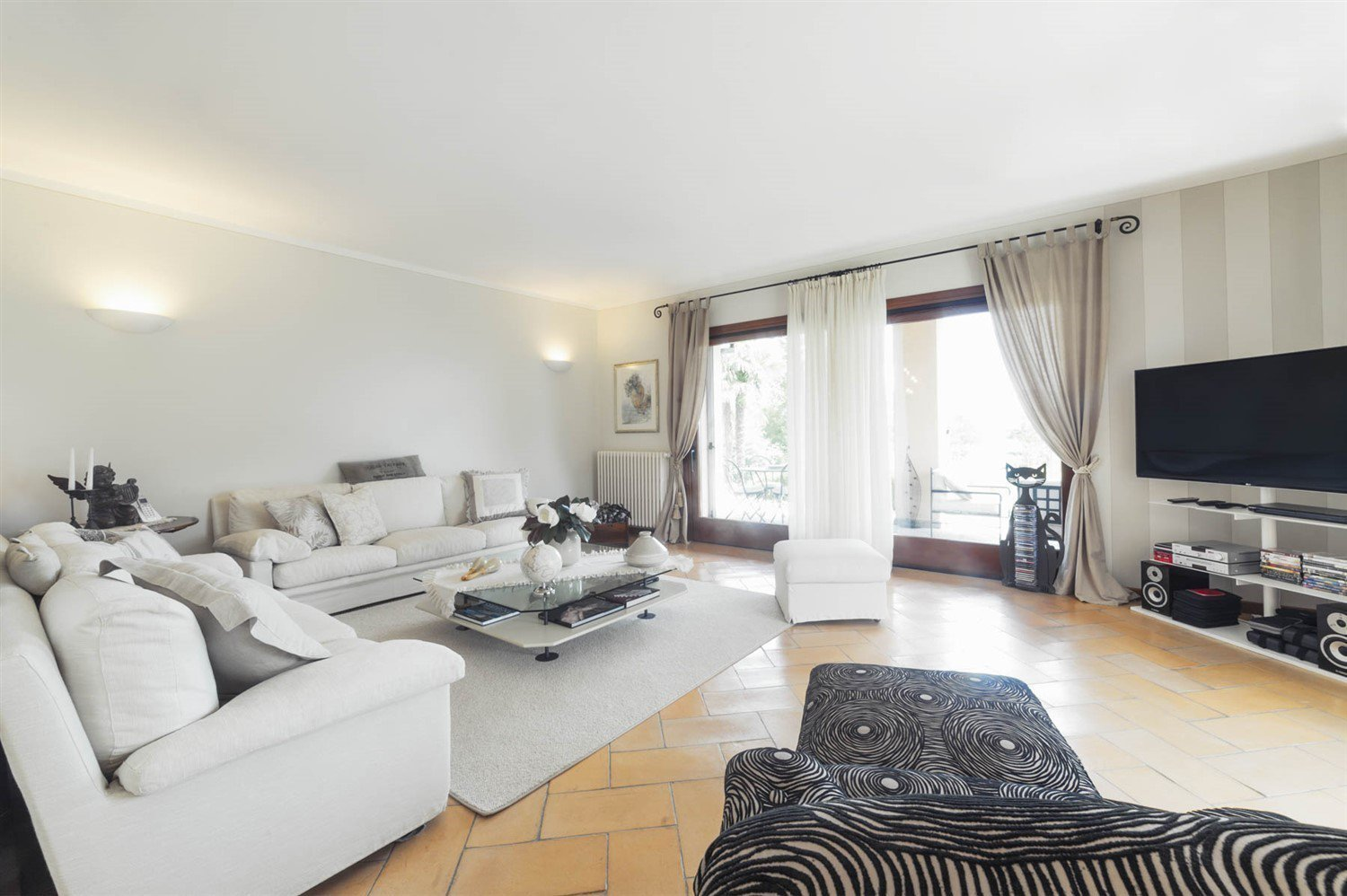 Modern villa for sale on Verbania hill with a panoramic lake view - living room