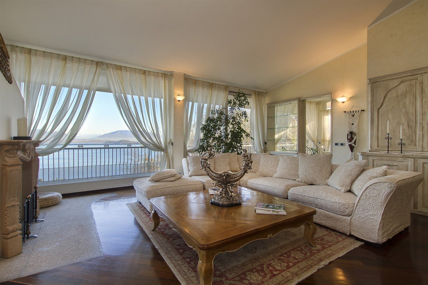 Luxury villa for sale in Meina - living room with a view