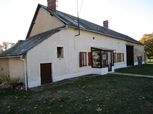 For sale house with large barn in Burgundy