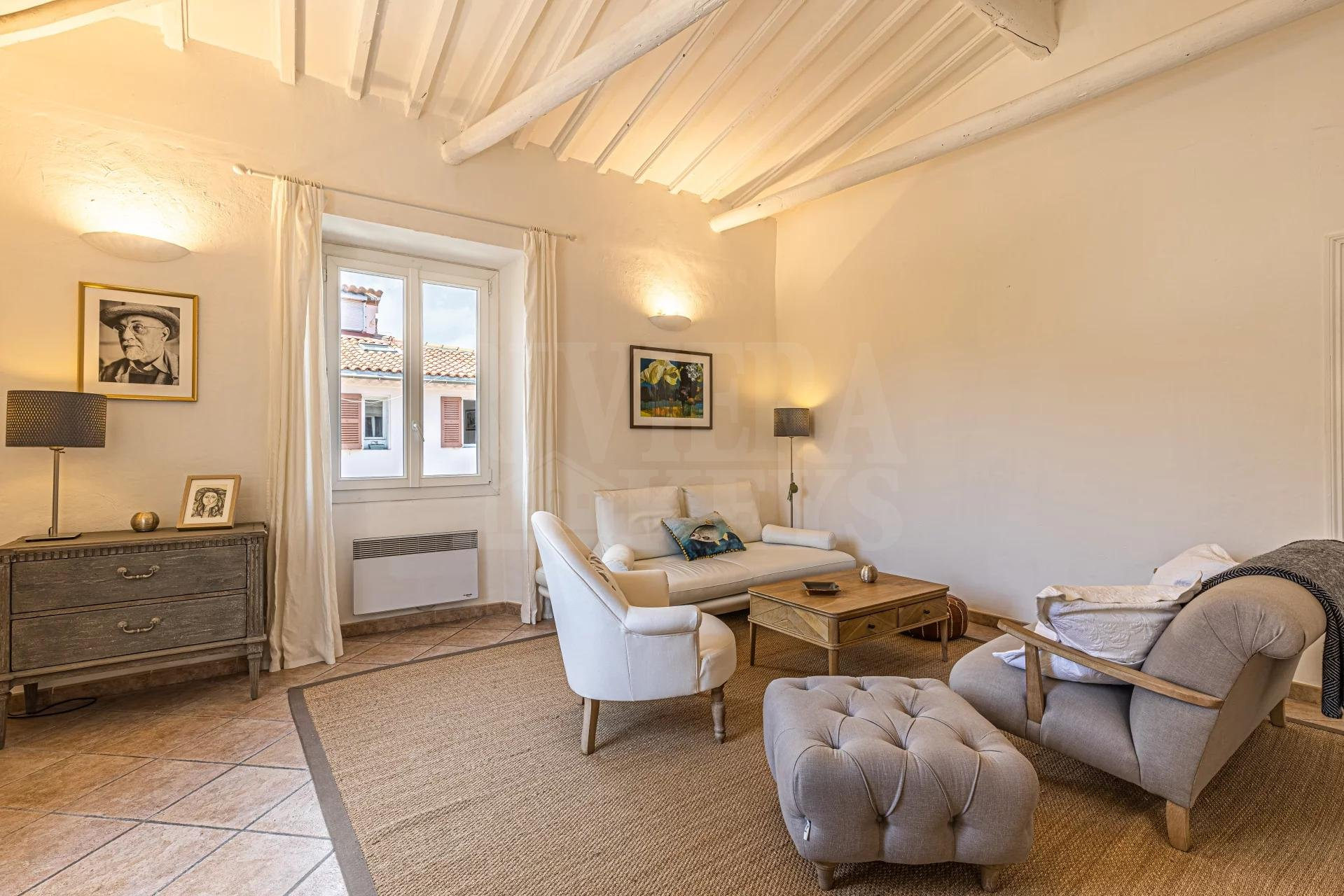 Spacious two bed apartment on the top floor of 96 m² in Antibes Old Town
