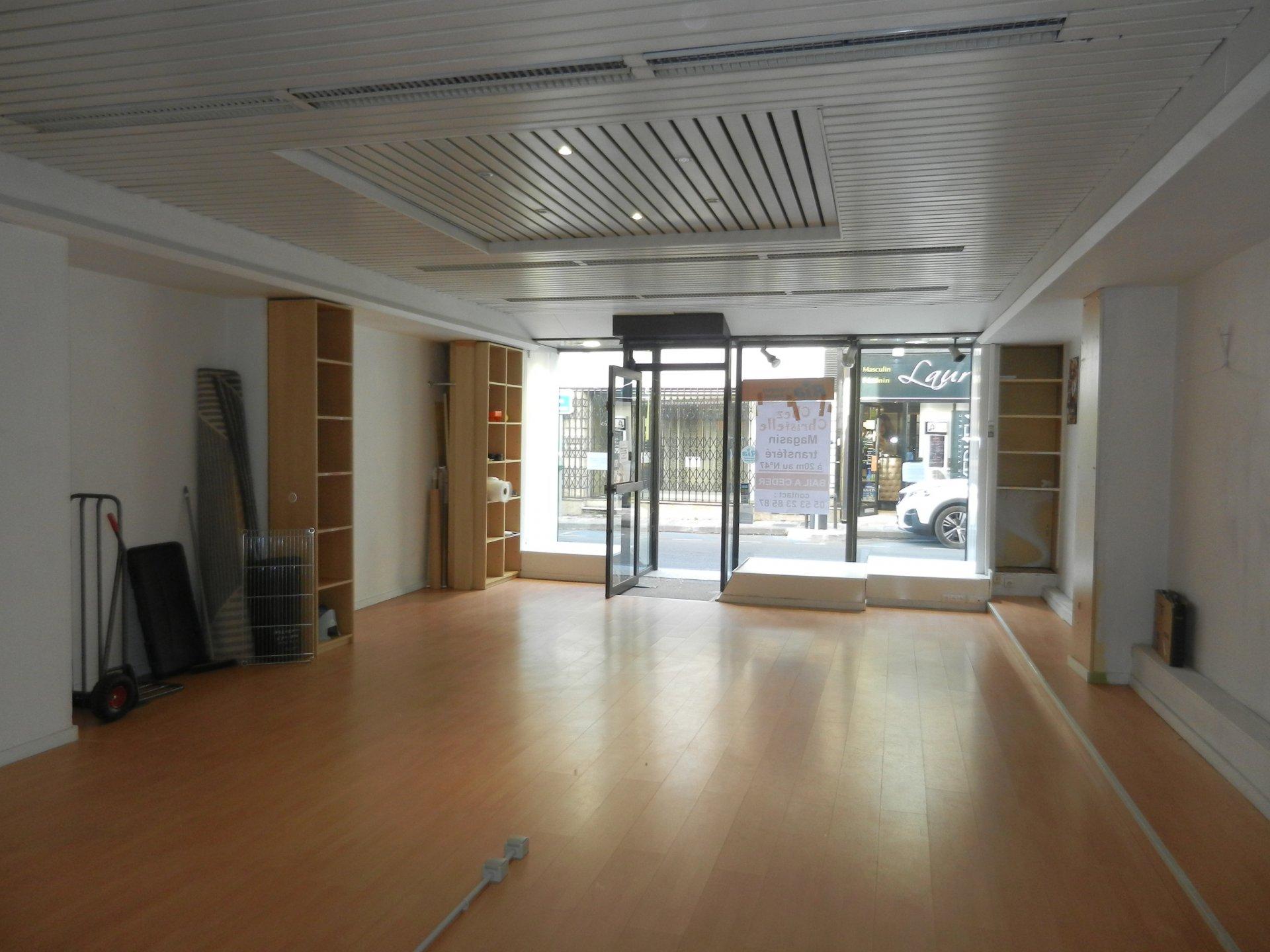 Local de 76m² de plain pied, hyper centre avec vitrines