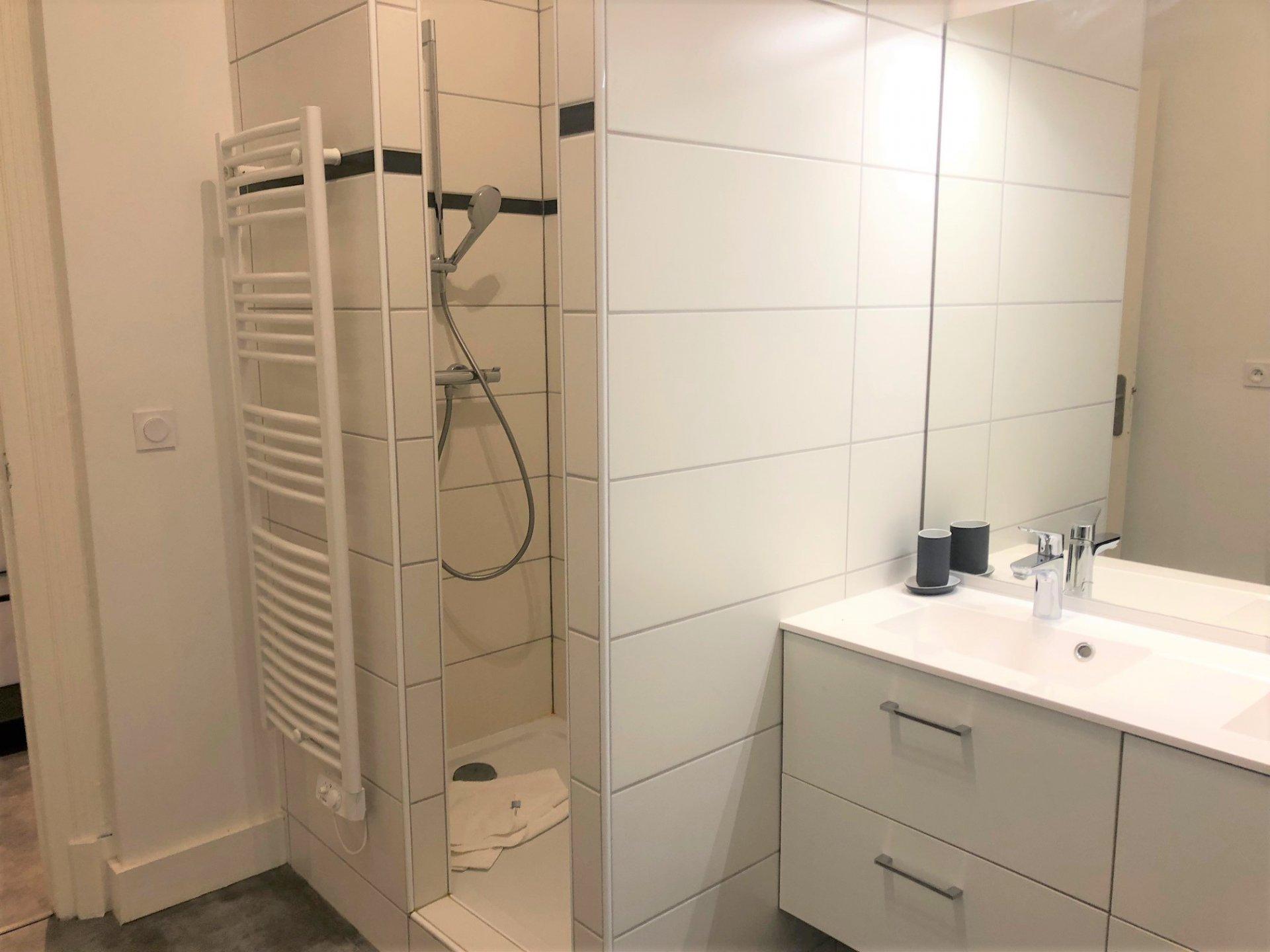 Salle de bains avec buanderie attenante