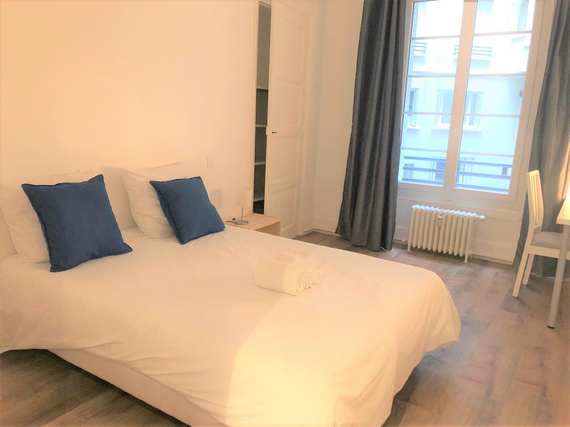 Chambre spacieuse avec rangement moderne
