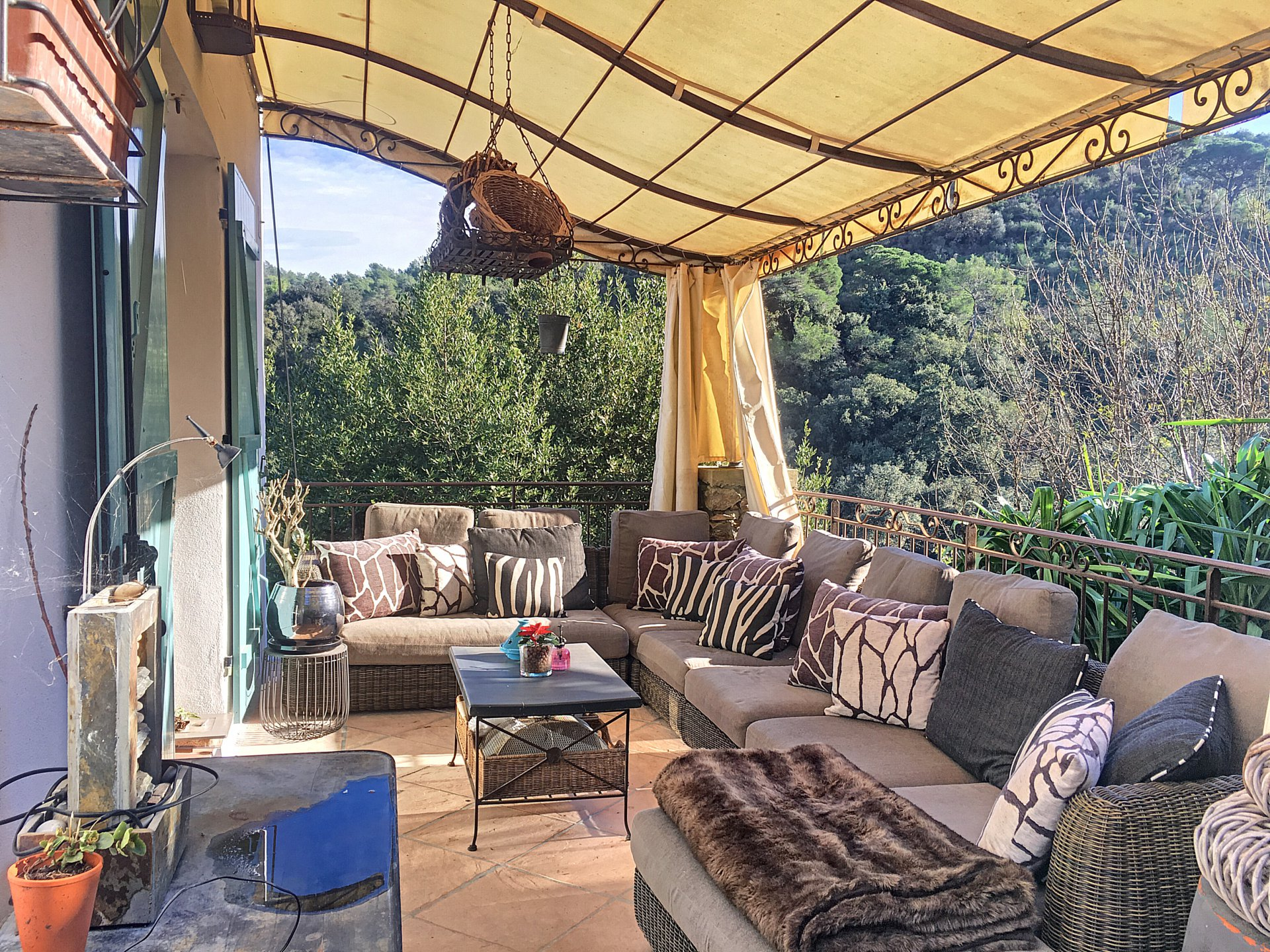 Charming 8 rooms villa on a dominant position
