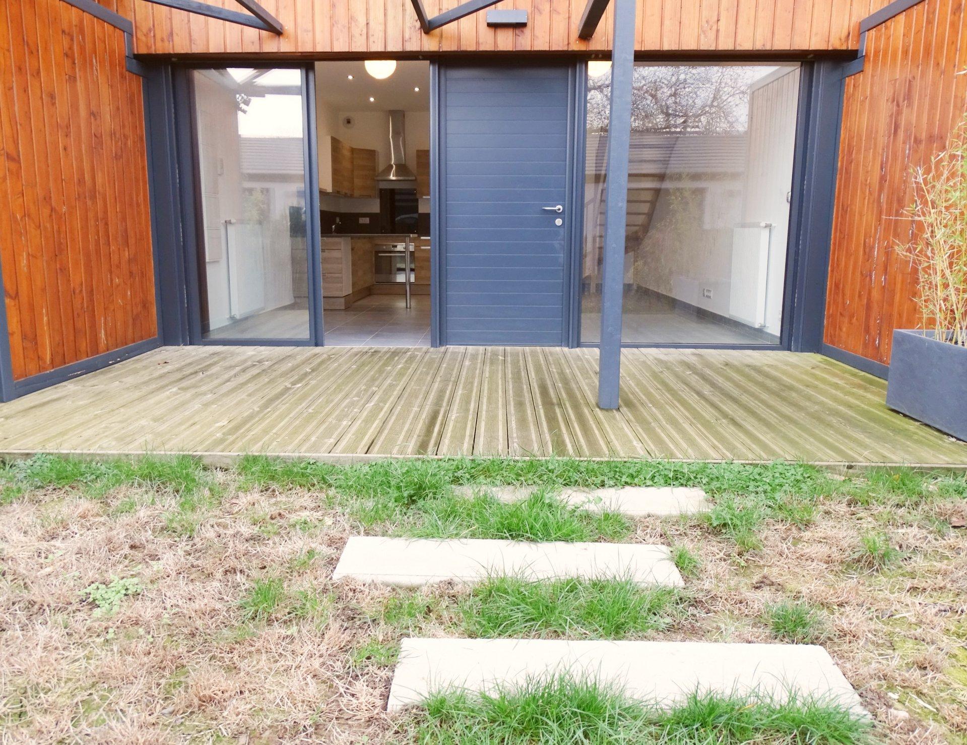 A 10 mn de Mâcon, dans une belle copropriété de 2015 moderne et sécurisée (projet fait par un cabinet d'architecte), appartement en duplex avec jardin.  Il dispose d'une grande pièce de vie avec cuisine équipée et wc indépendant, puis de deux chambres avec placard et d'une jolie salle de douche à l'étage.  Très lumineux grâce à ses baies vitrées, il s'ouvre directement sur un jardinet de 35 m² avec une grande terrasse.  Vendu avec un garage fermé, une place de stationnement ainsi qu'une petite parcelle de jardin pouvant être transformée en potager.  Coup de c?ur assuré ! Syndic libre - charge de 100 ? / an (entretien portail, espaces verts) Honoraires à charge vendeurs