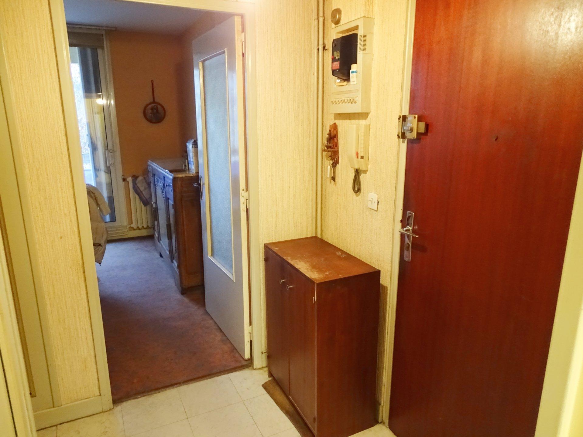 Mâcon, à deux pas d'un quartier dynamique ( cinéma, théâtre, centre commercial), venez découvrir cet appartement à rafraîchir d'une surface de 71 m². Il se compose d'une spacieuse entrée avec placard, lumineuse pièce de vie avec son balcon, une cuisine indépendante, trois chambres, salle de bains, et un toilette. Cet appartement est également doté d'une cave. Bien soumis au régime de la copropriété ( 50 lots principaux - charges 169 Euros/mois). Honoraires à la charge du vendeur.