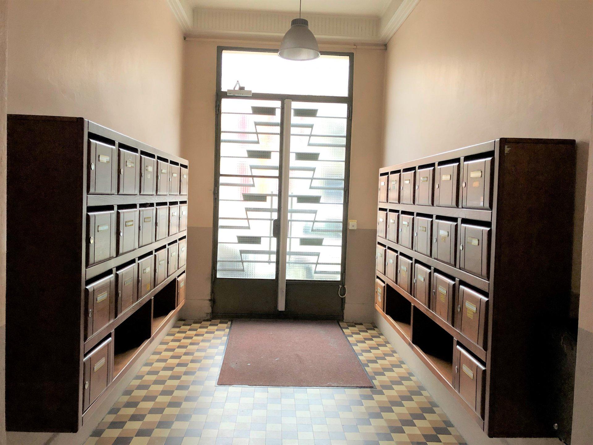 Hall d'entrée de l'immeuble bien entretenu